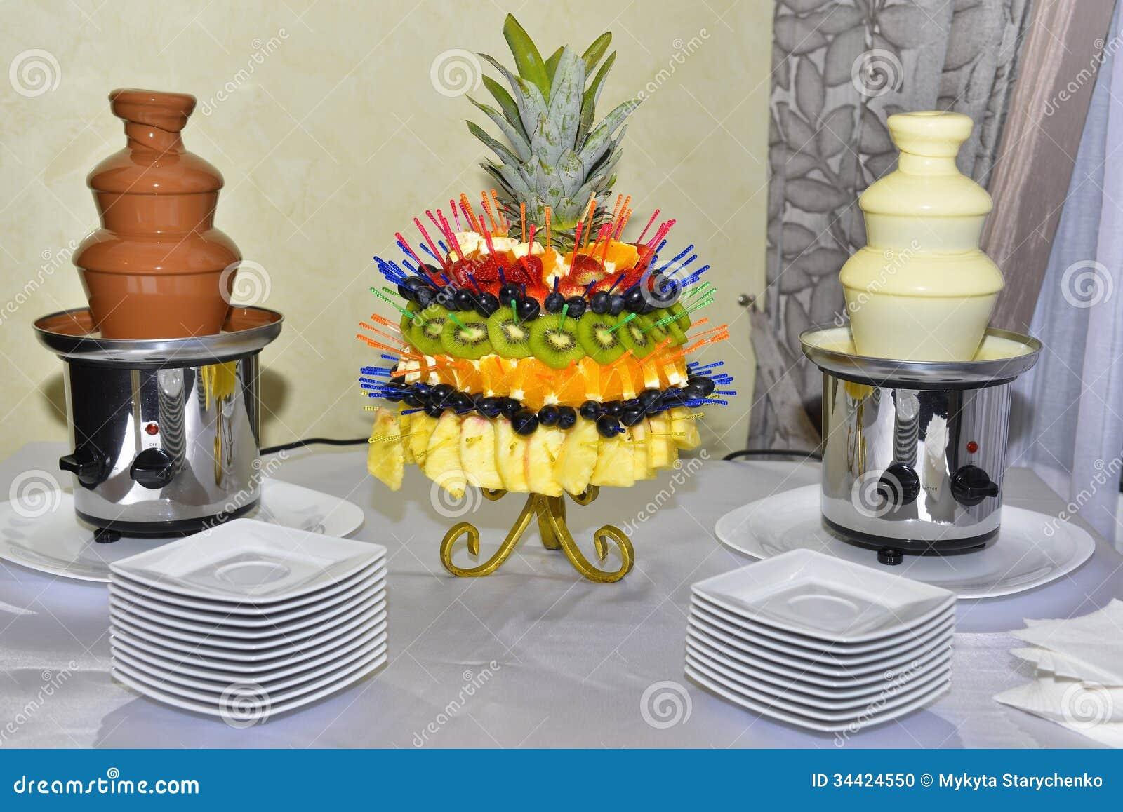 Schokoladenbrunnen Mit Früchten Auf Dem Tisch Stockfoto ...