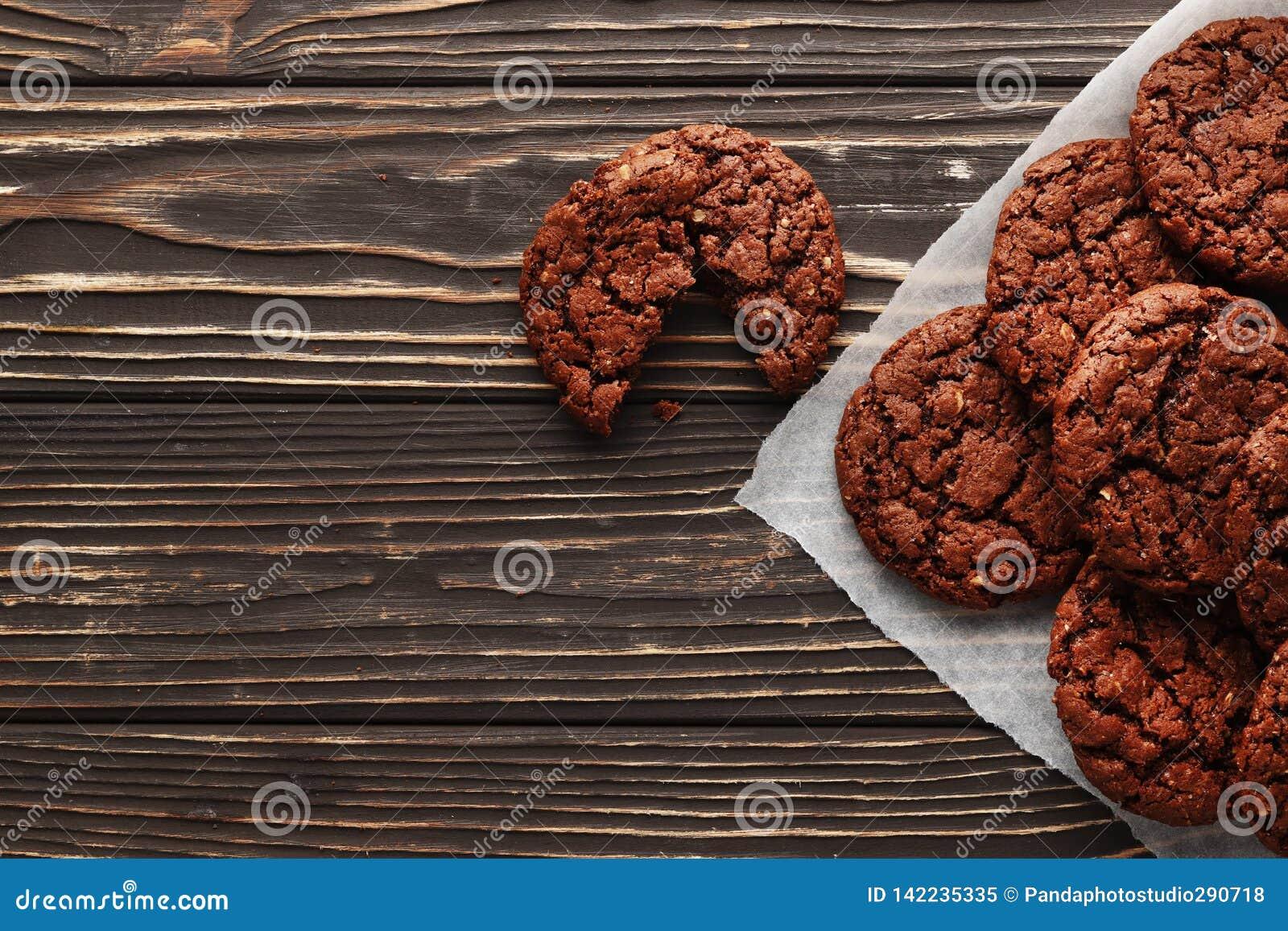 Schokoladenkuchen auf hölzernem Hintergrund