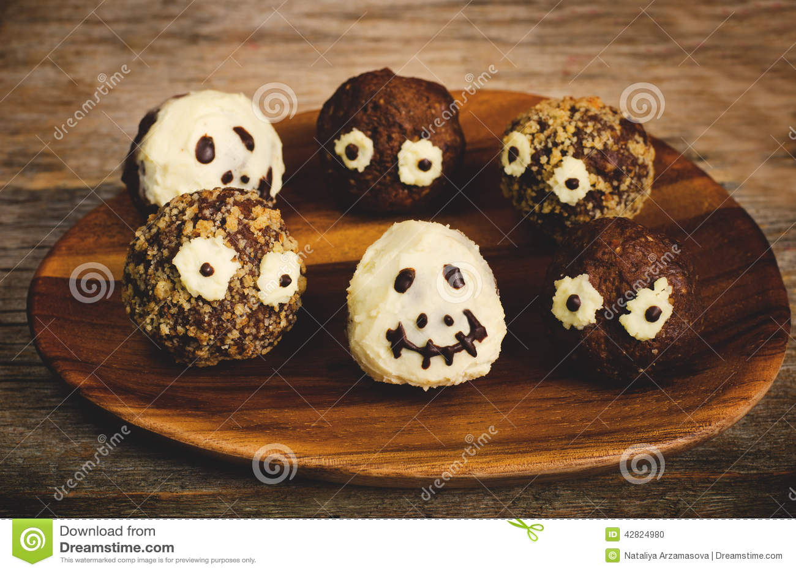 Schokoladenkuchen In Form Von Monstern Und Skeletten Fur Kinder