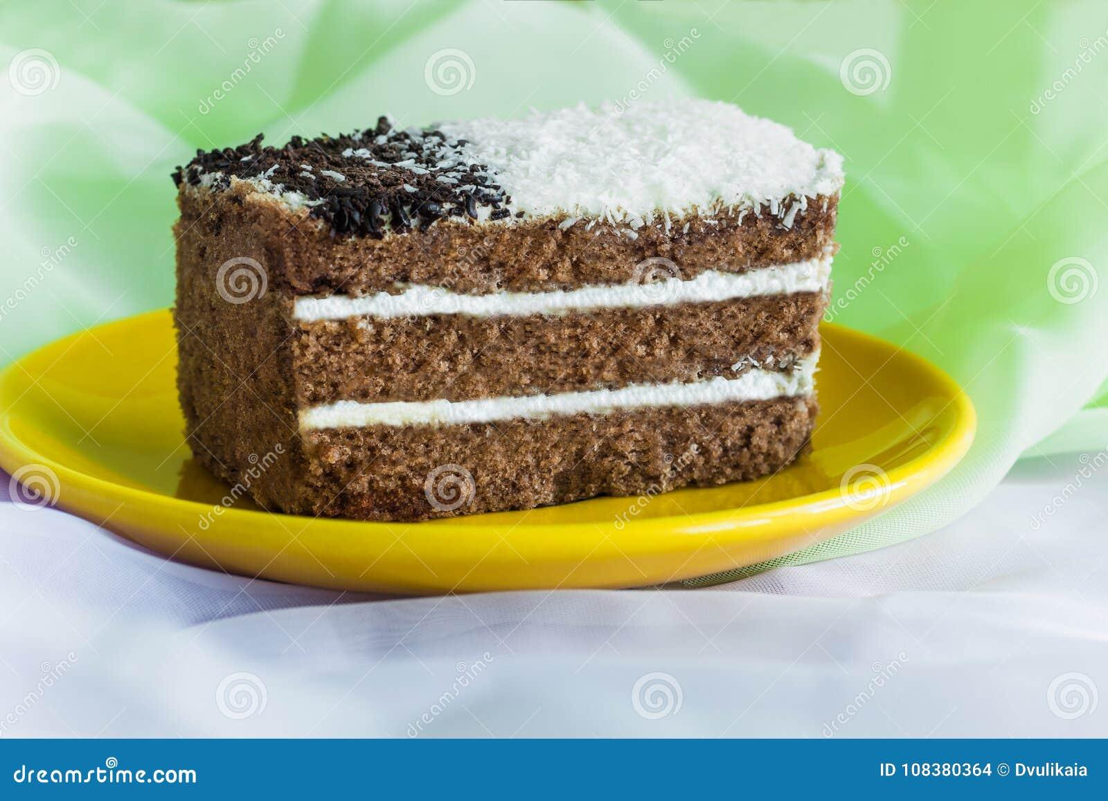 Schokoladenkuchen mit einer Schicht Schlagsahne