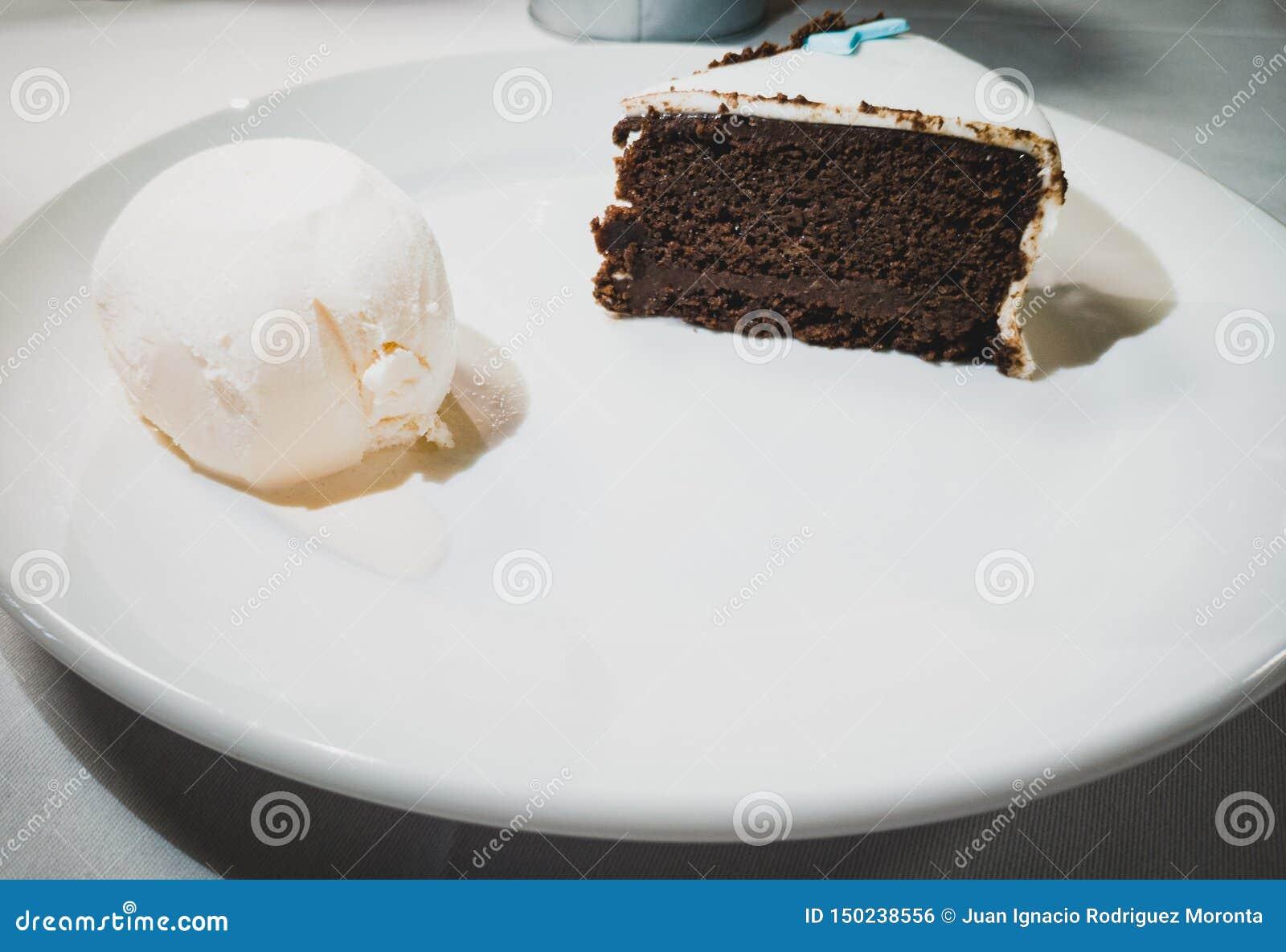 Schokoladenkuchen mit Vanilleeis