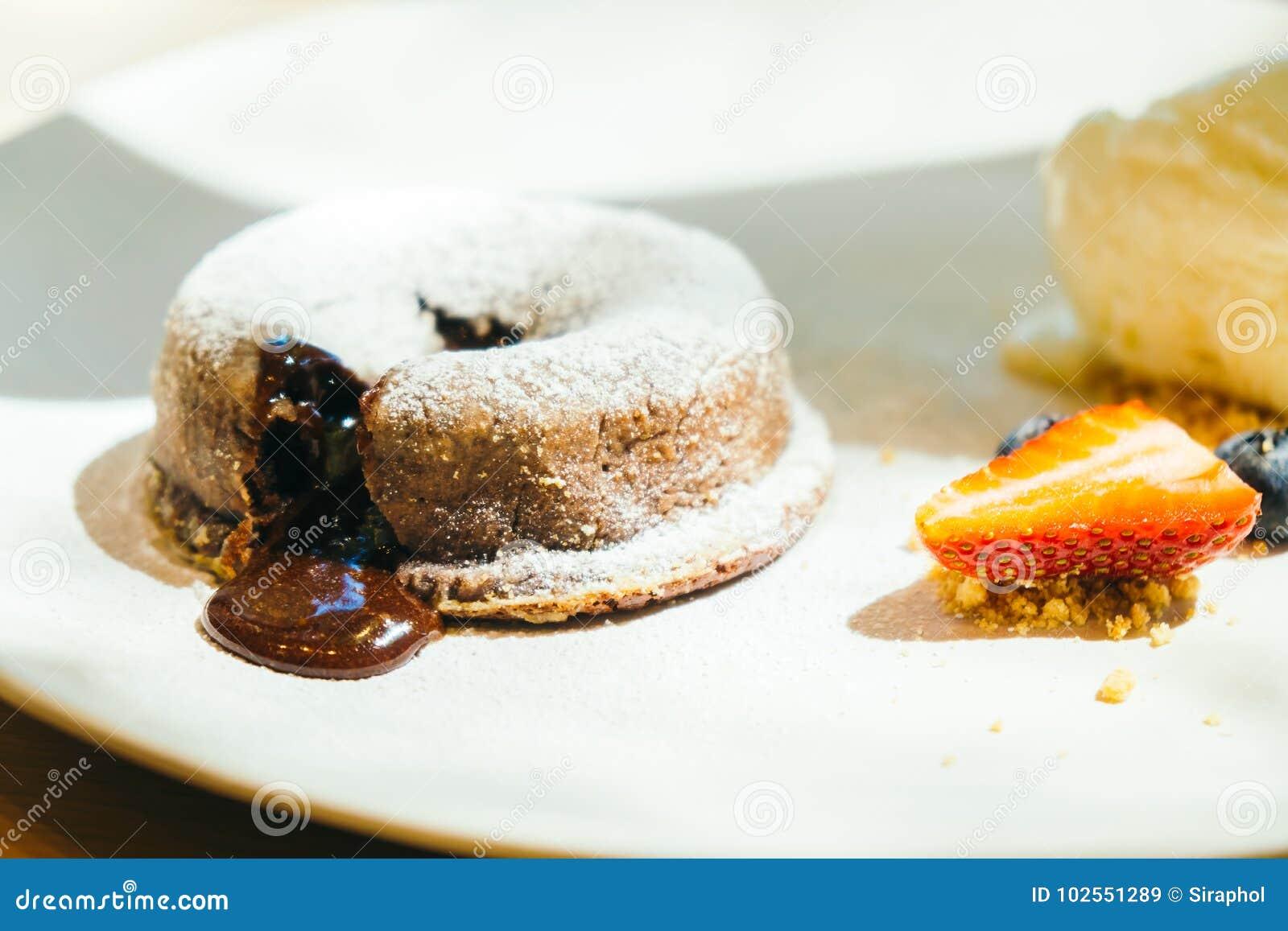 Schokoladenschokoladenkuchen-Lavakuchen mit Eiscreme