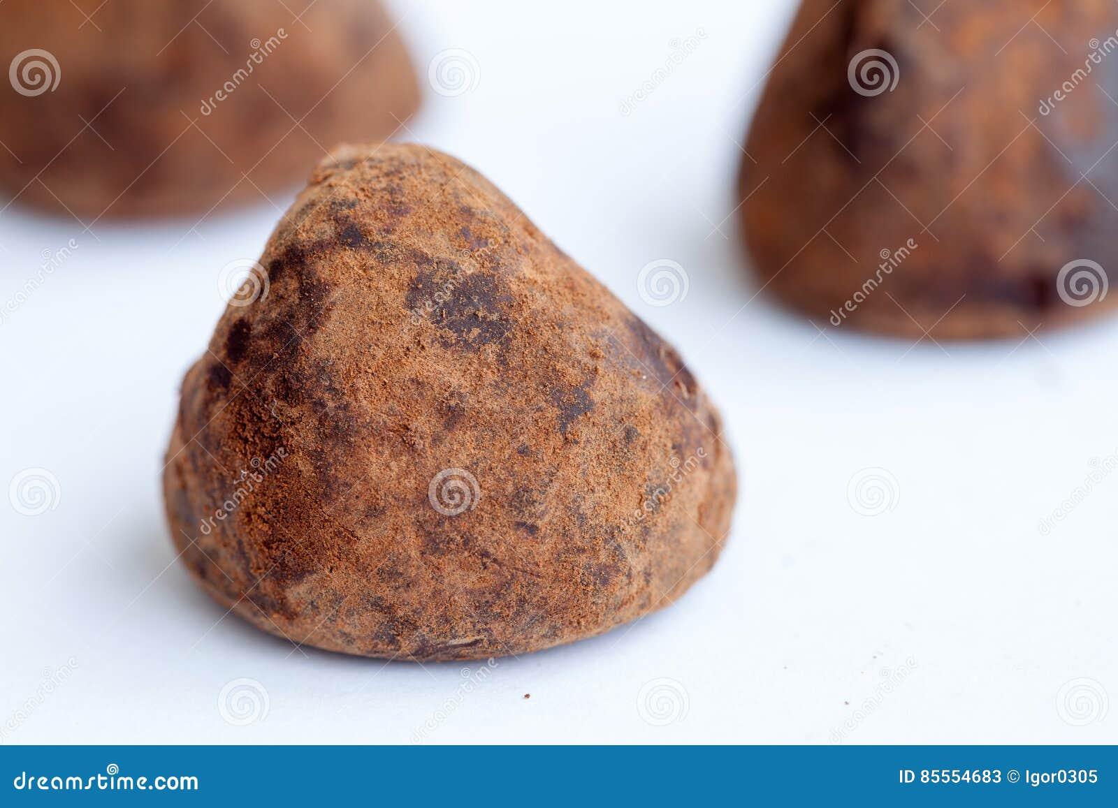 Schokoladentrüffeln auf dem Weiß
