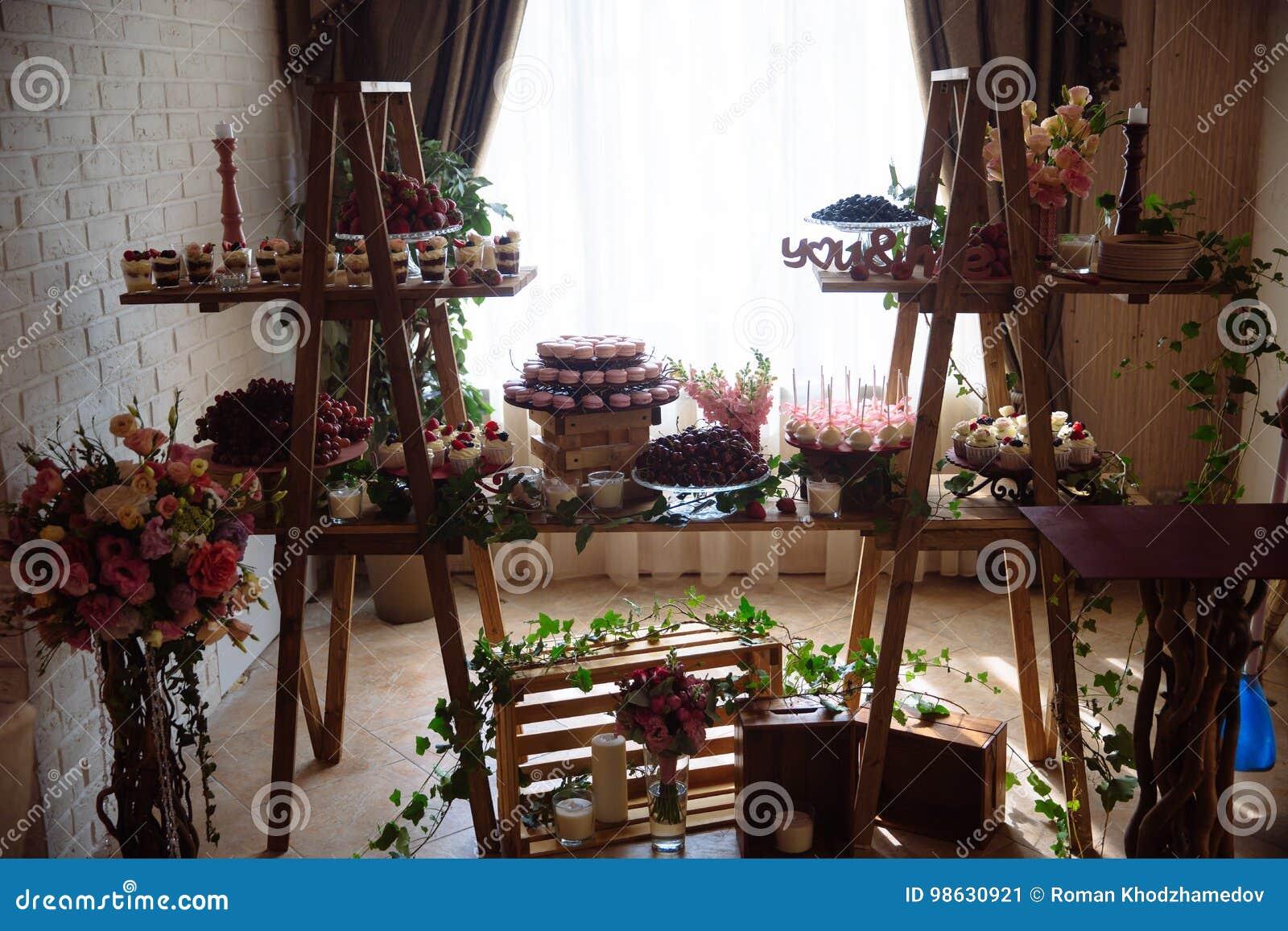 Schokoriegel Tabelle mit Bonbons, Buffet mit kleinen Kuchen, Süßigkeiten, Nachtisch