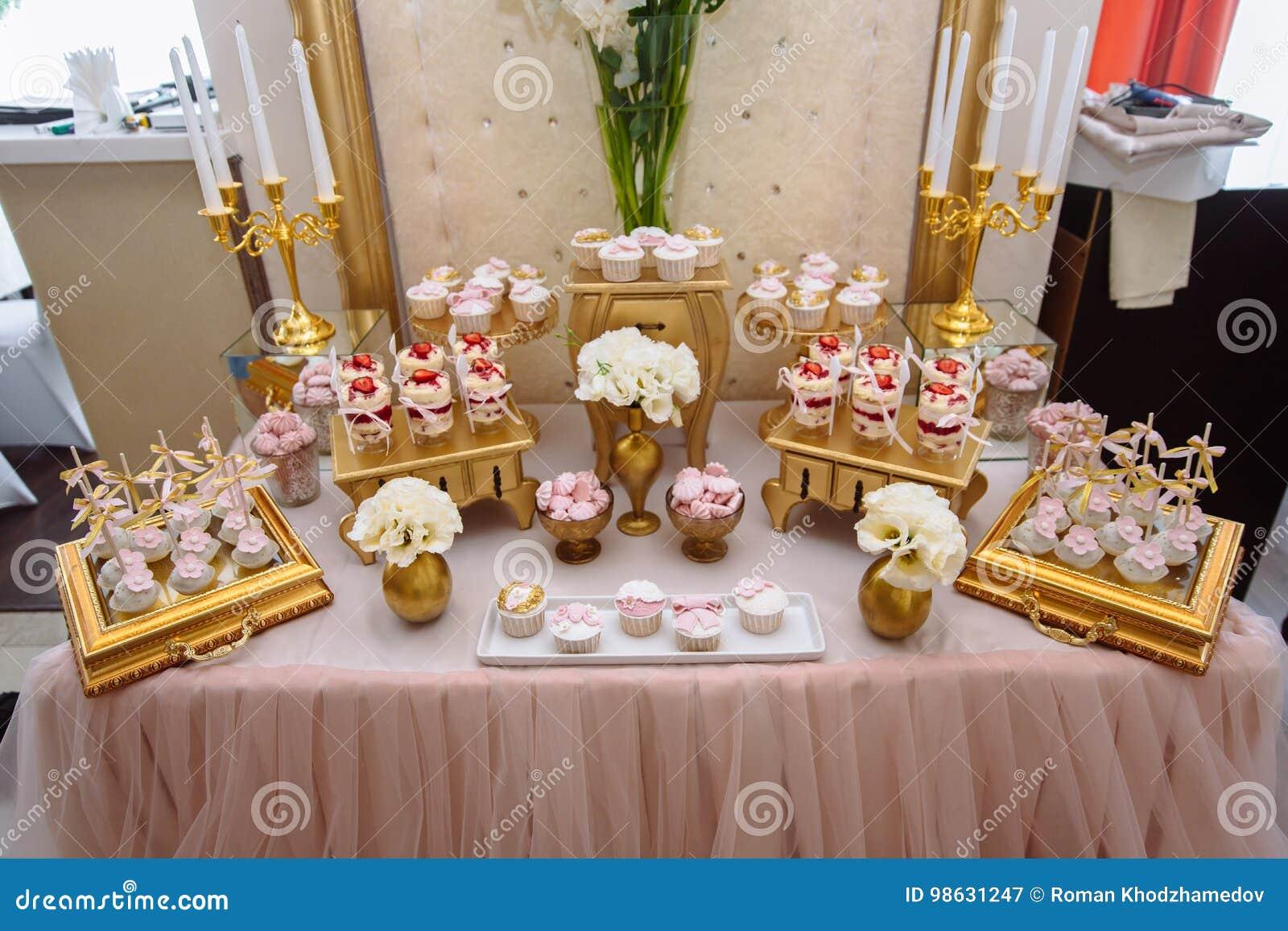 Schokoriegel Tabelle Mit Bonbons Buffet Mit Kleinen Kuchen