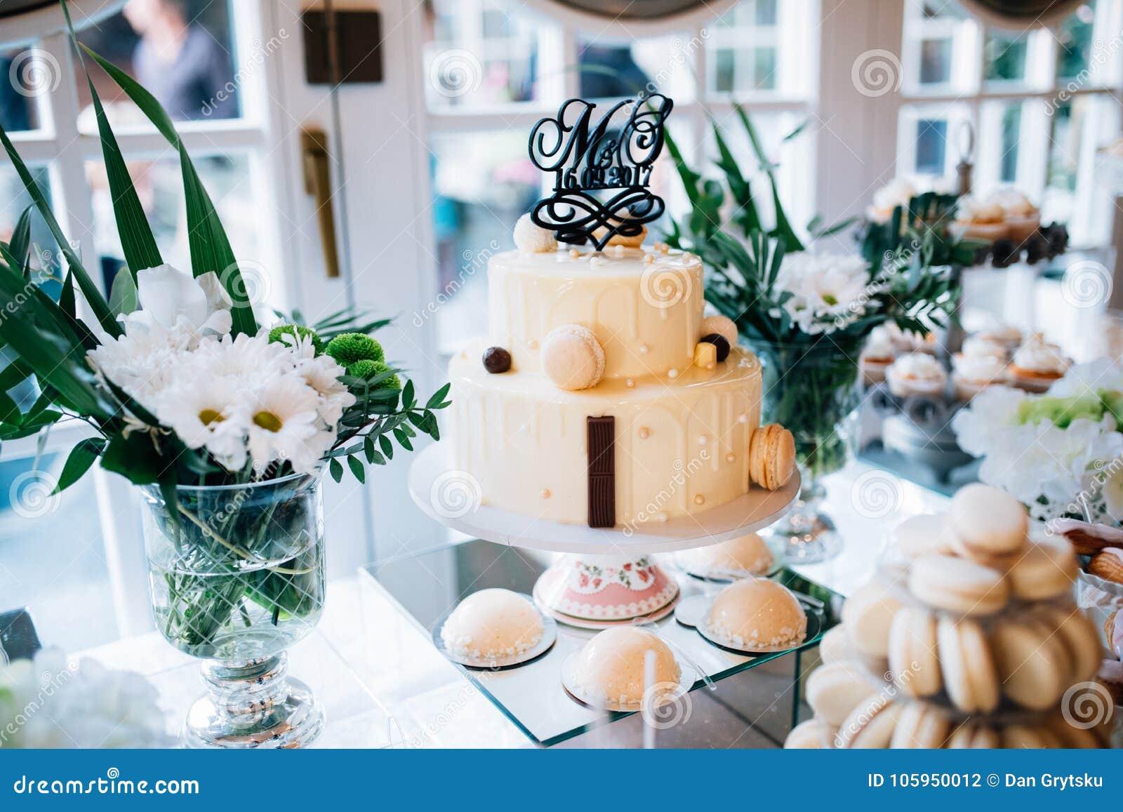Schokoriegel Und Hochzeitstorte Mit Blumen Tabelle Mit Bonbons
