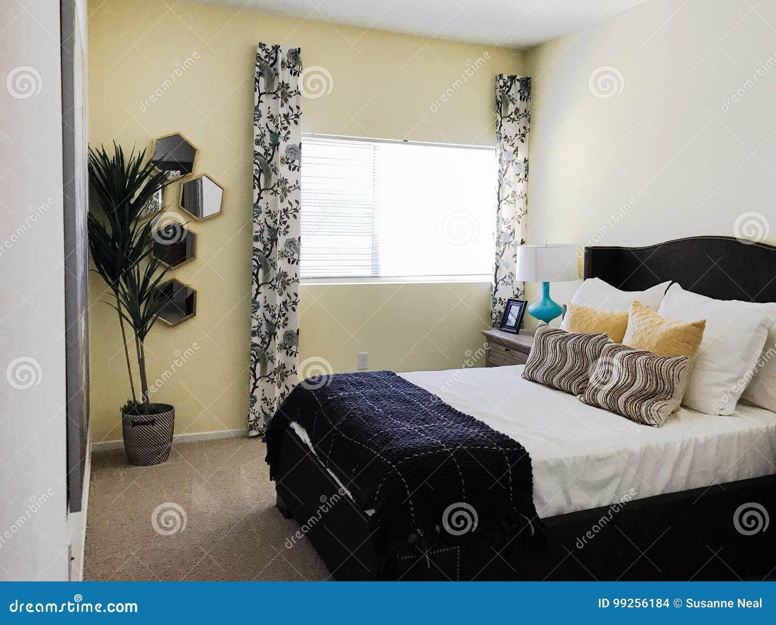 Schone eenvoudige kleine slaapkamer stock foto afbeelding