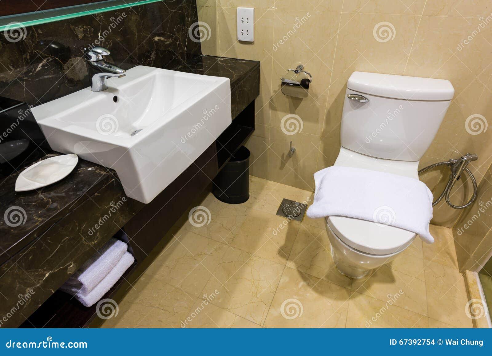 Schone toilet en gootsteen stock foto. afbeelding bestaande uit
