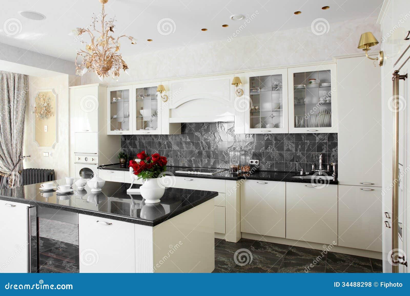 Schone witte europese keuken royalty vrije stock foto 39 s afbeelding 34488298 for Foto witte keuken