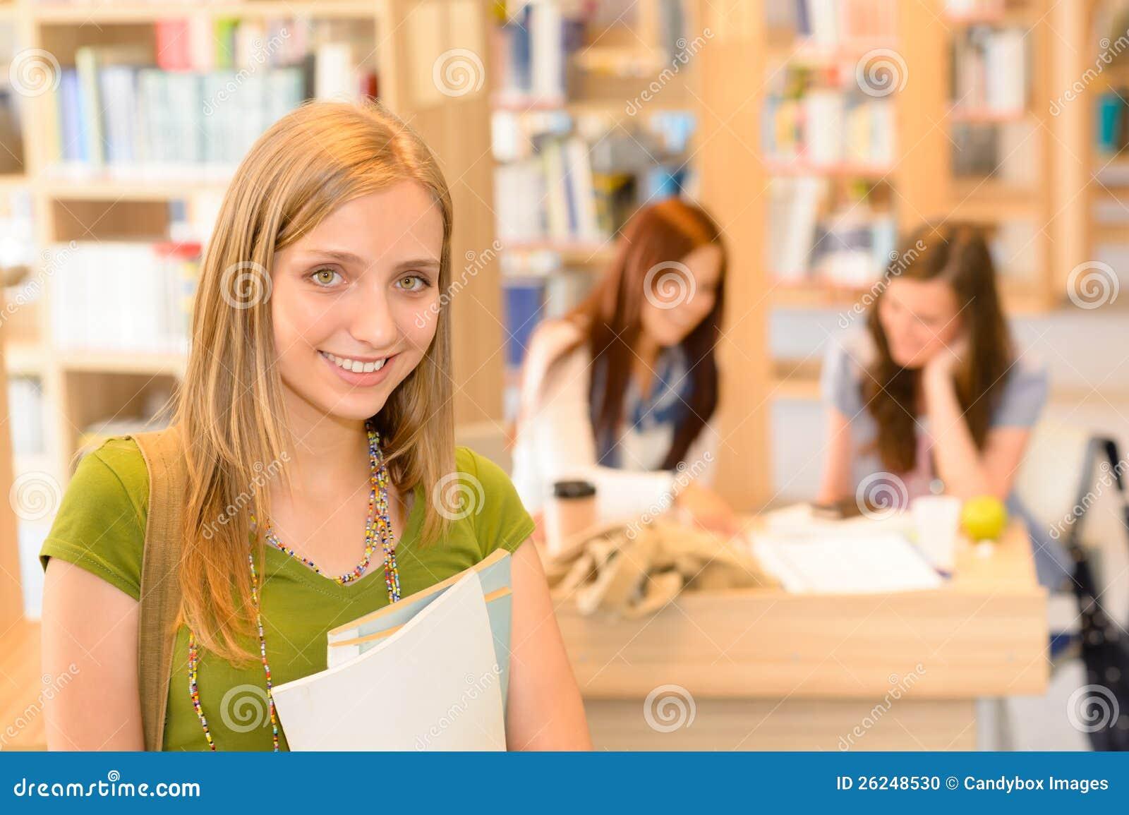 School-Bibliotheksjugendkursteilnehmer im Grün