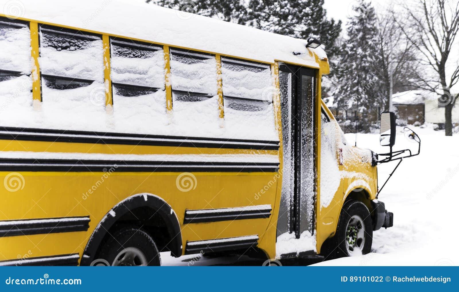 Schoolbus die in een woonbuurt tijdens een sneeuw DA wordt geparkeerd