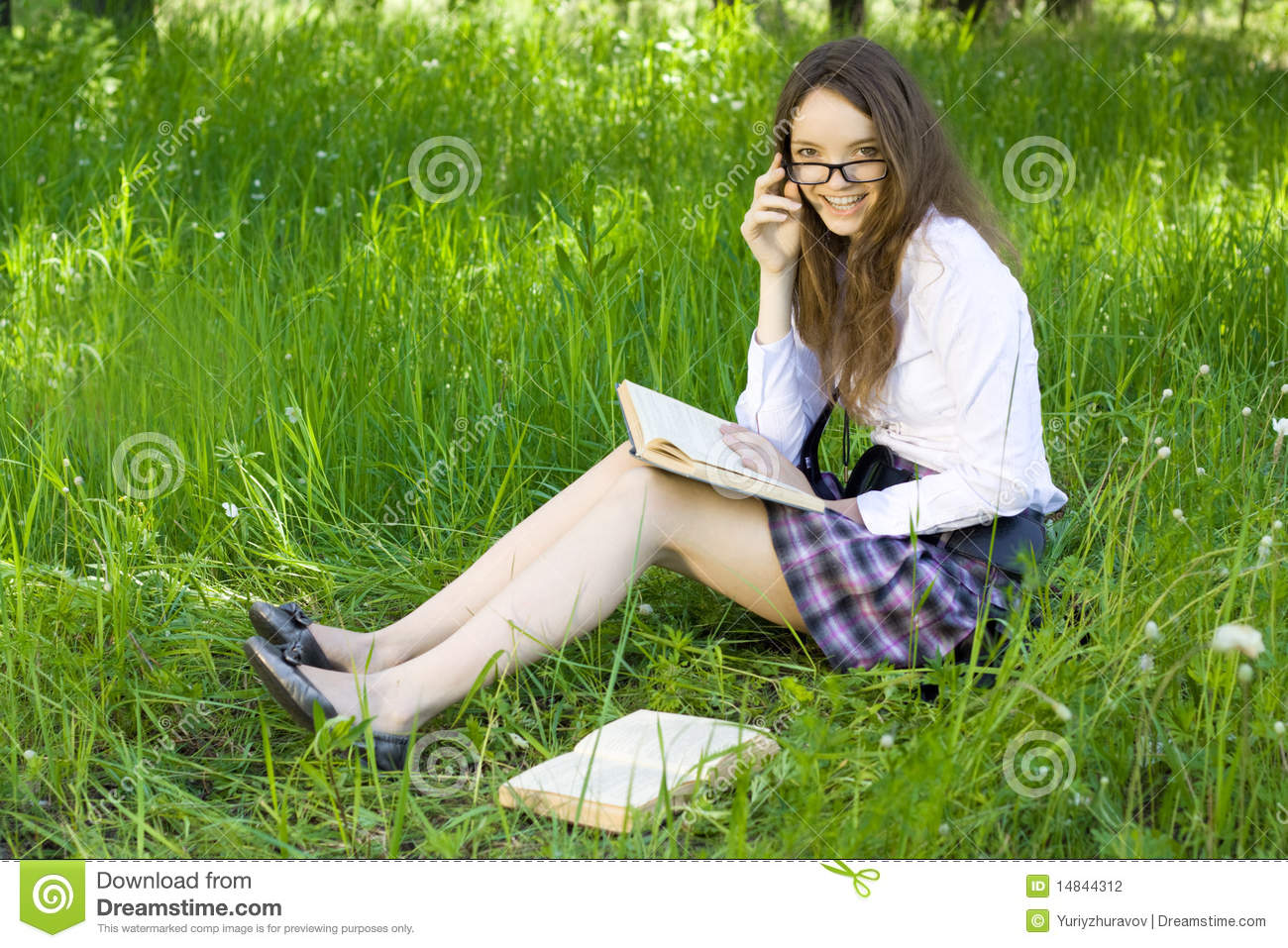 Stock Photography: Schoolgirl in park read book