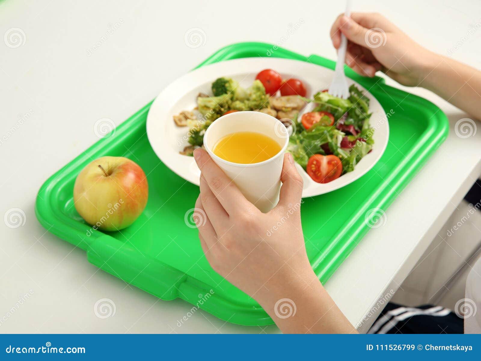 Schooljongen die heerlijk voedsel eten