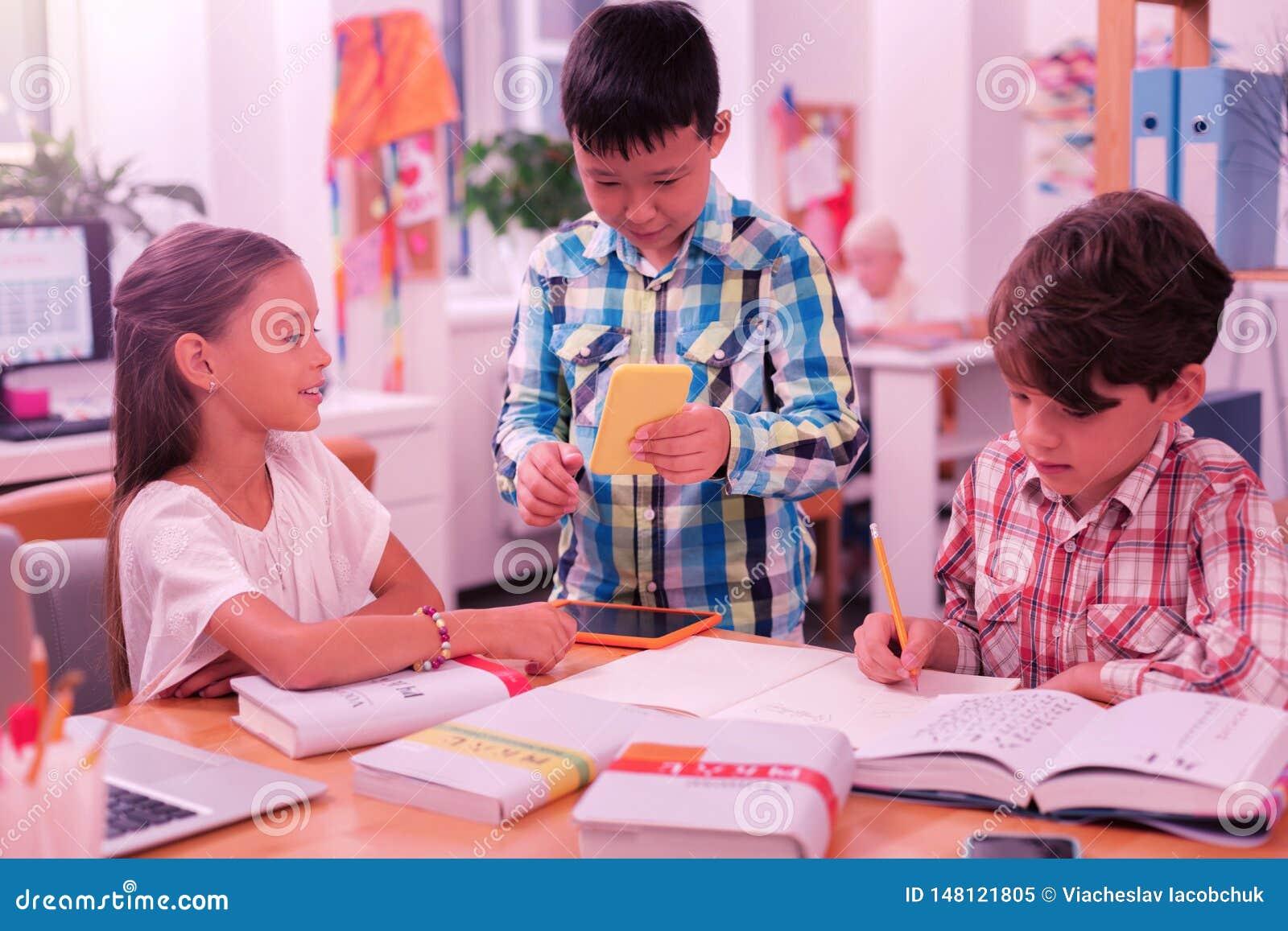 Schooljongen die zijn vriendenvertaling van het woord tonen