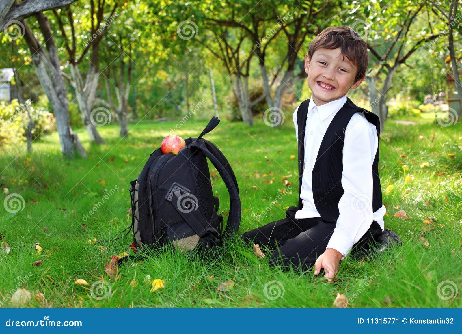 Schooljongen met rugzak en appel