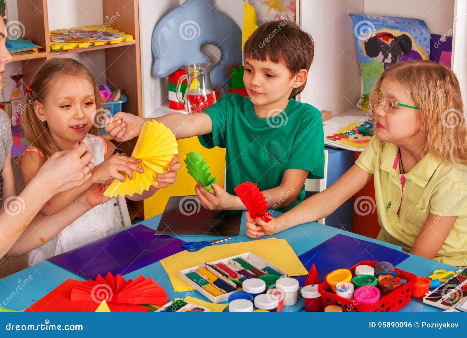 Schoolkinderen Die Met Schaar In Jonge Geitjeshanden Document