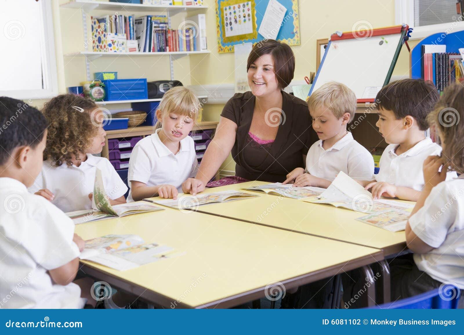 Schoolkinderen en hun leraar in klasse