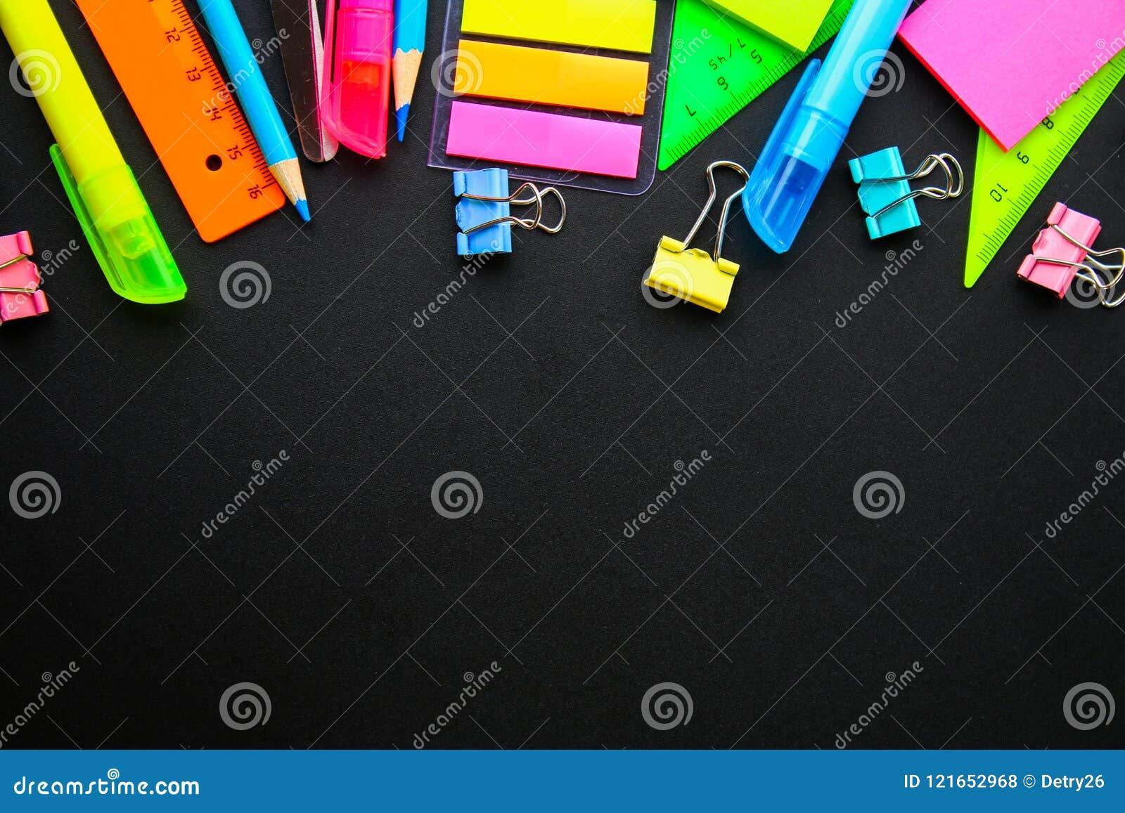 Schoollevering op bordachtergrond klaar voor uw ontwerp Vlak leg Hoogste mening De ruimte van het exemplaar