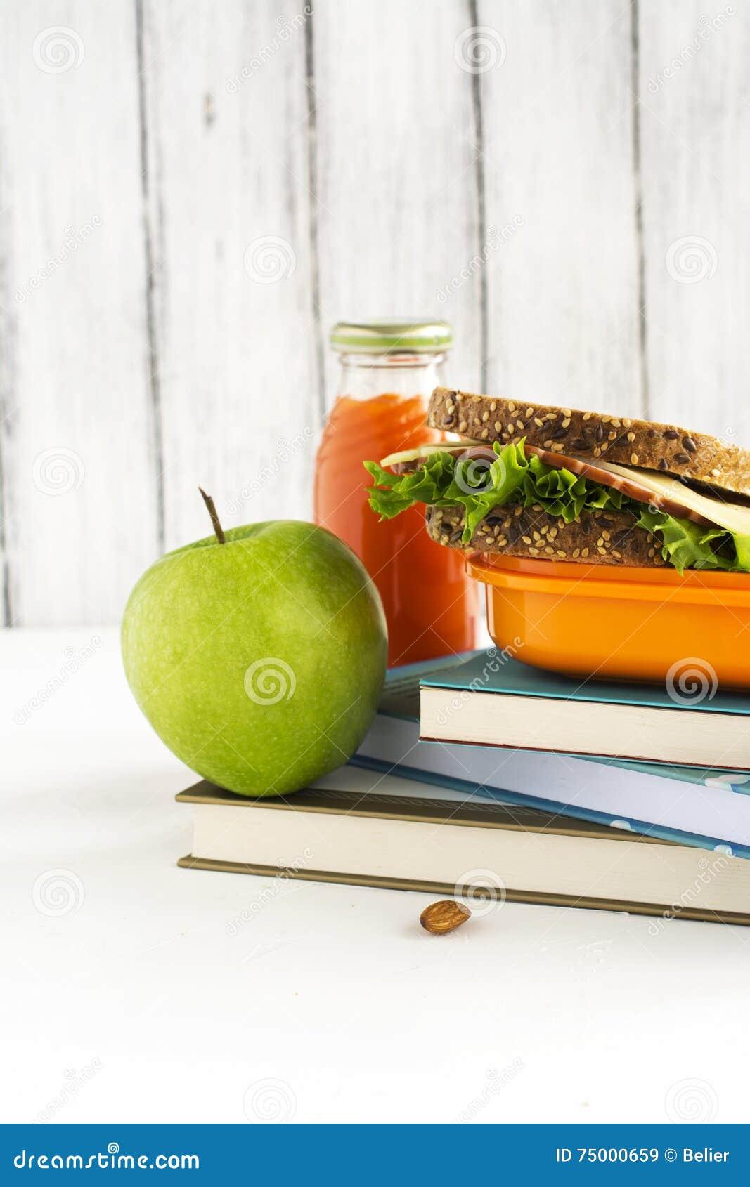 Schoolmaaltijddoos met sandwich, vruchten en noten