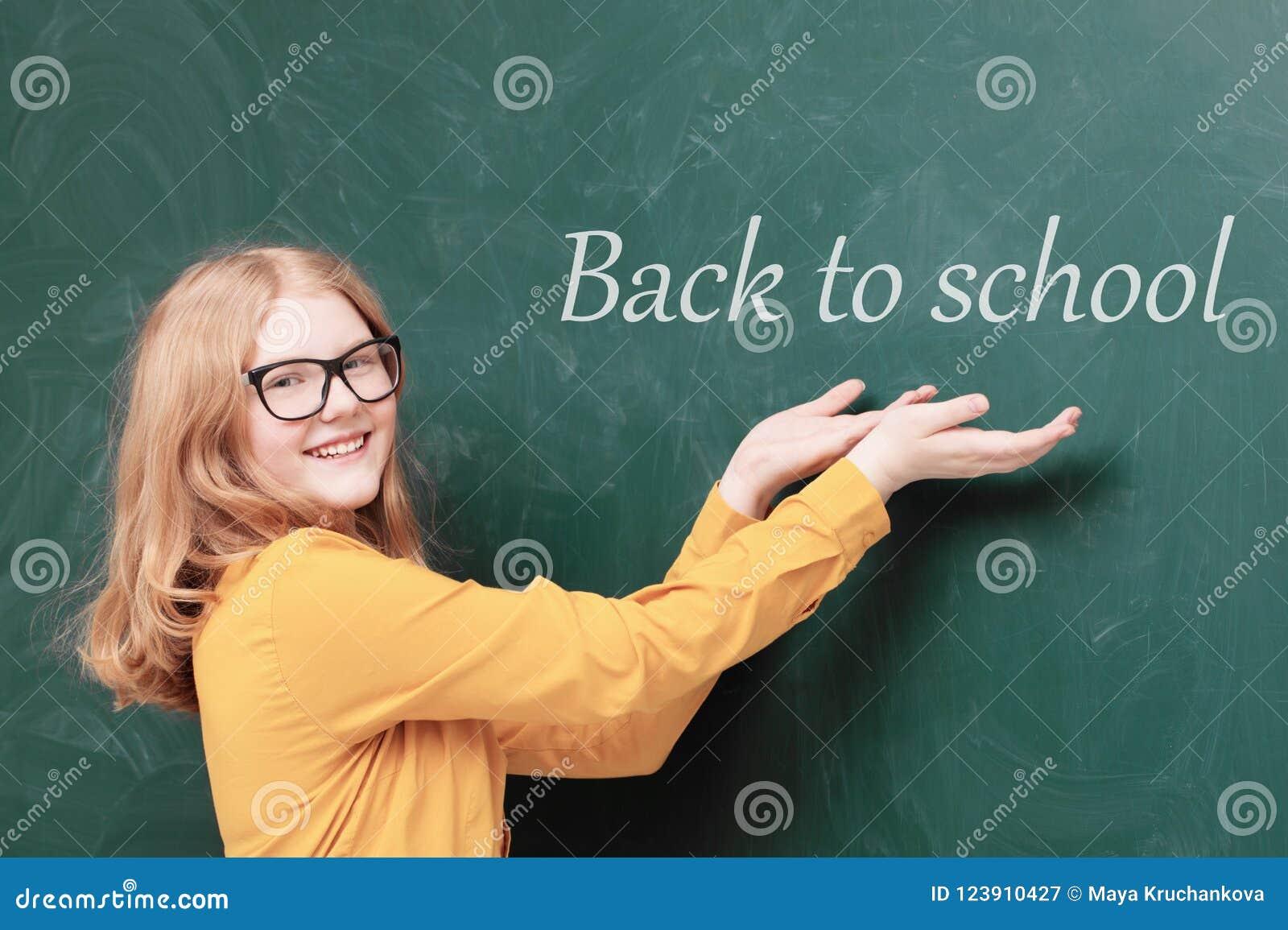 Schoolmeisje bij het bord