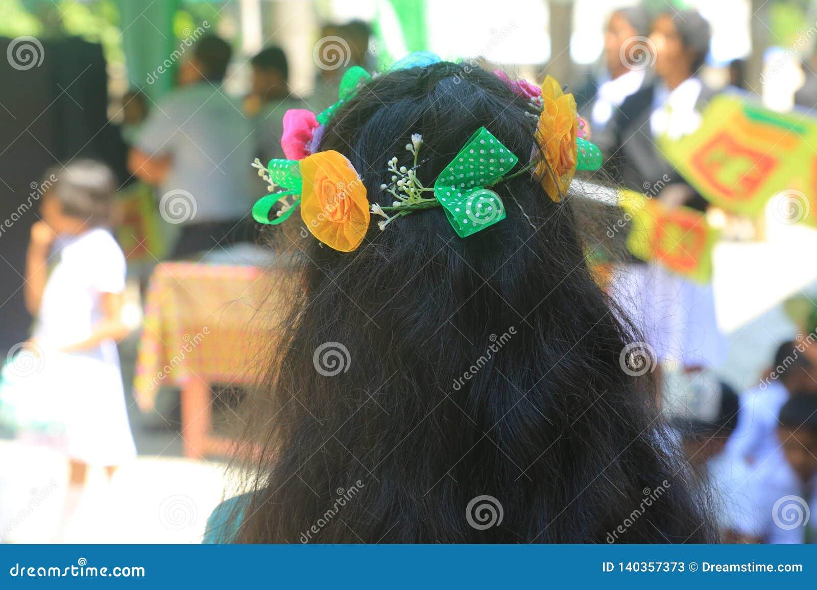 Schoolmeisje die bloemkroon dragen