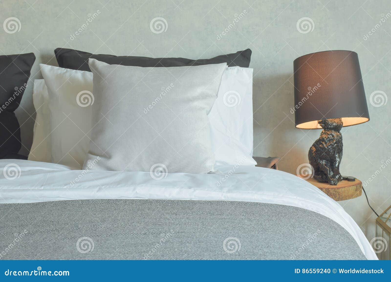 Schoon bed in hotel guestroom met bruine lezingslamp