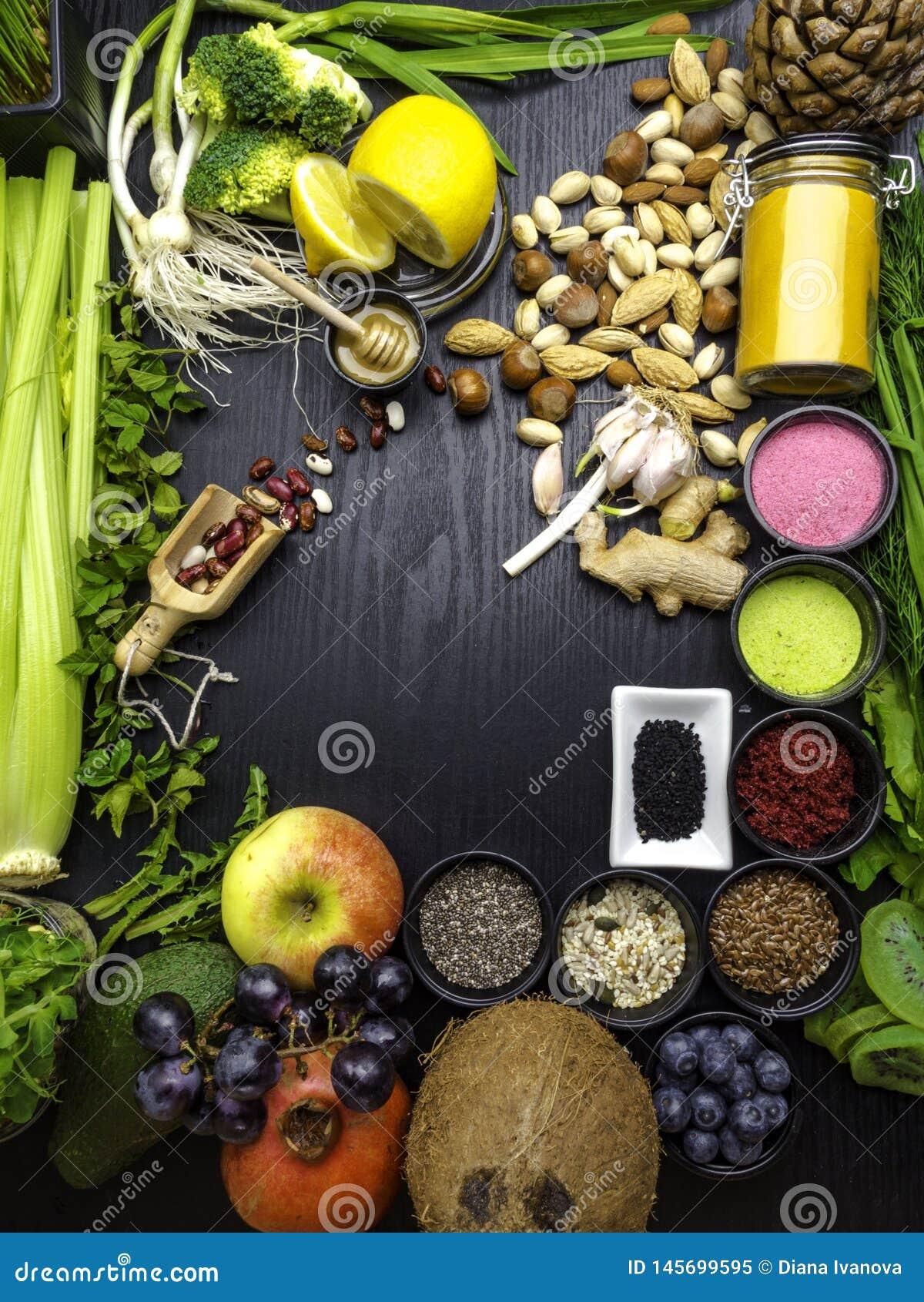 Schoon het eten concept over houten achtergrond, hoogste mening, exemplaarruimte voedselveganist, ruw dieet of gluten vrij dieet
