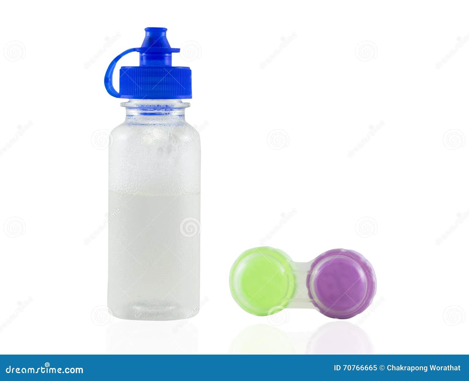 Schoon lensomhulsel en fles water geïsoleerd op witte backgrou