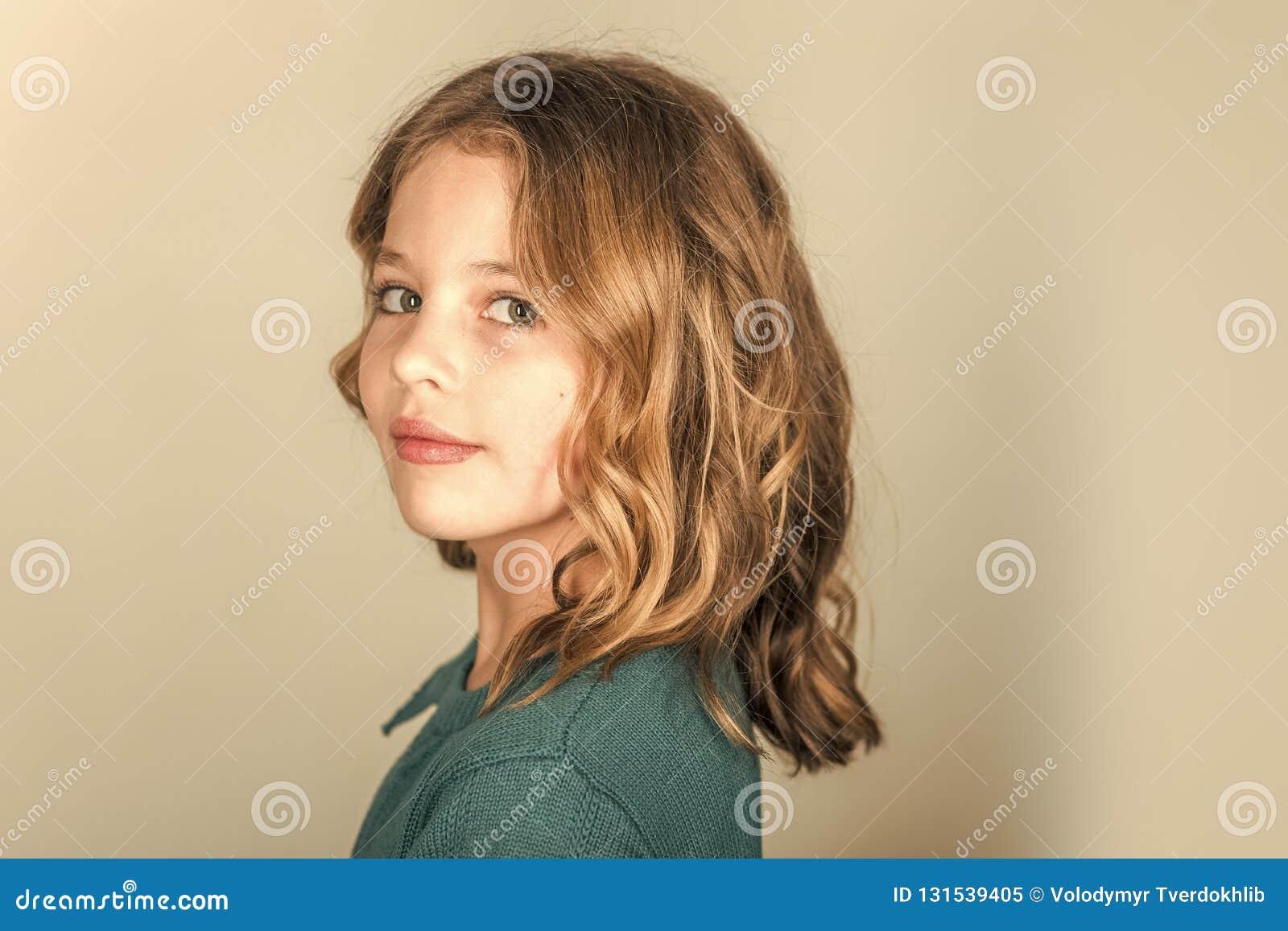 Schoonheid en jong geitjemanier met gezond haar Kapper, skincare, toevallige stijl, denim Modieus meisje met mooi gezicht