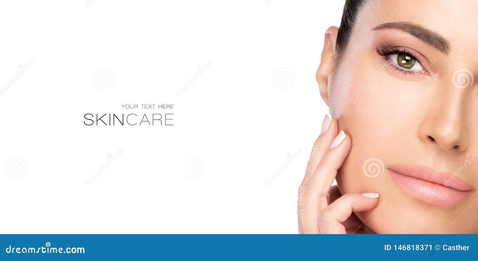 Schoonheid en skincare concept Mooi natuurlijk jong vrouwengezicht met naakte make-up op een onberispelijke huid