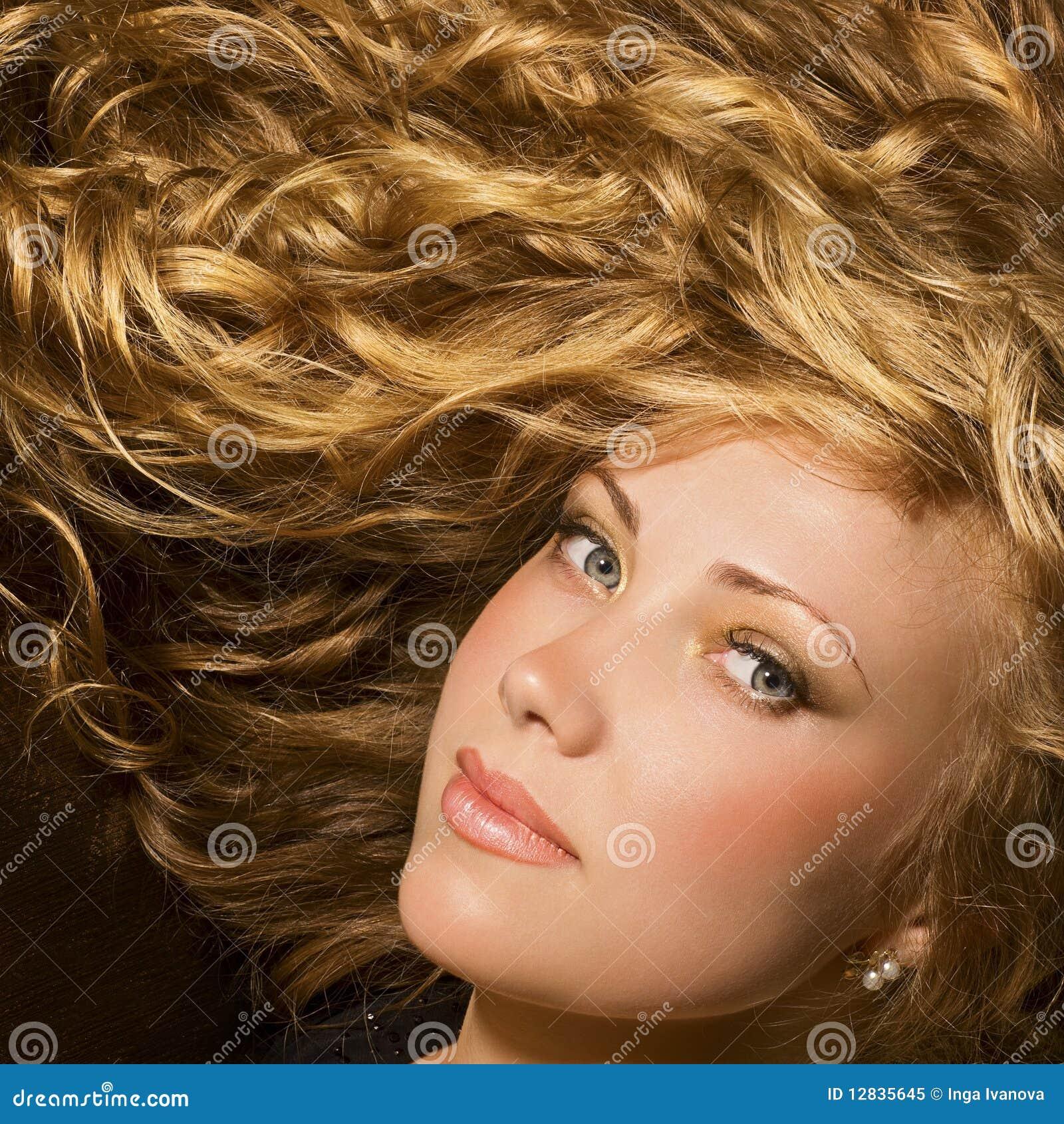 Schoonheid met glanzend gouden haar