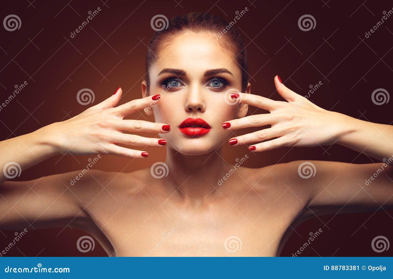 Schoonheid ModelWoman met Lang Bruin Golvend Haar Gezond Haar en Mooie Professionele Make-up E
