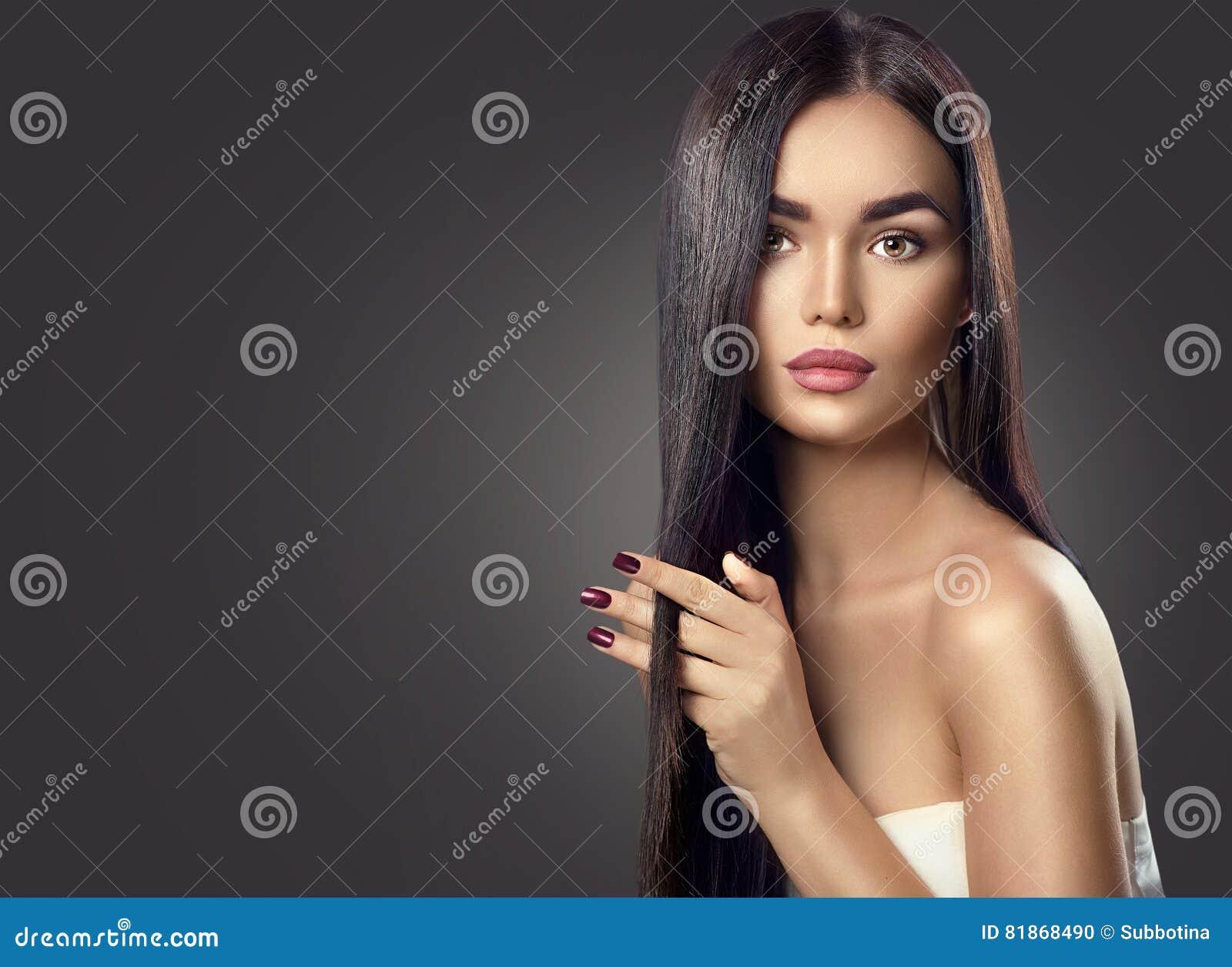 Schoonheids donkerbruin modelmeisje wat betreft lang haar