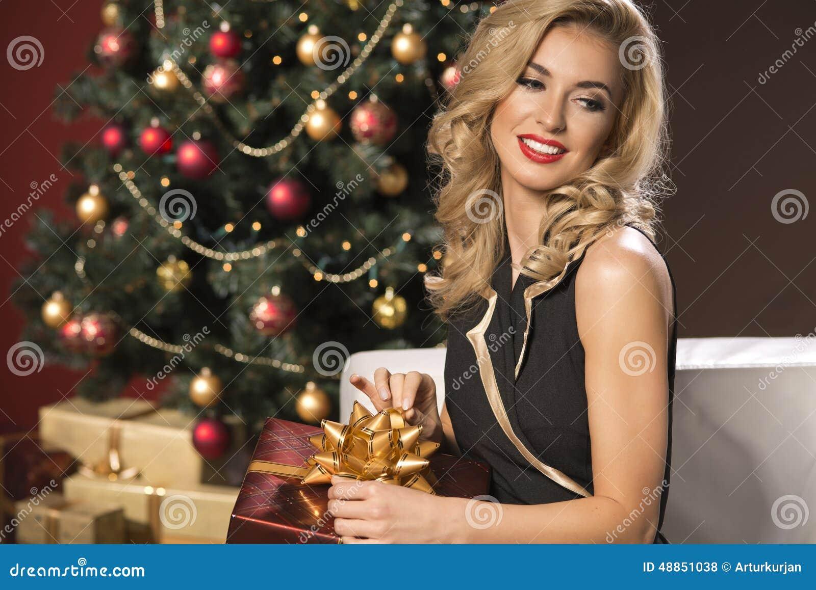 Schoonheids elegante vrouw met aanwezige Kerstmis