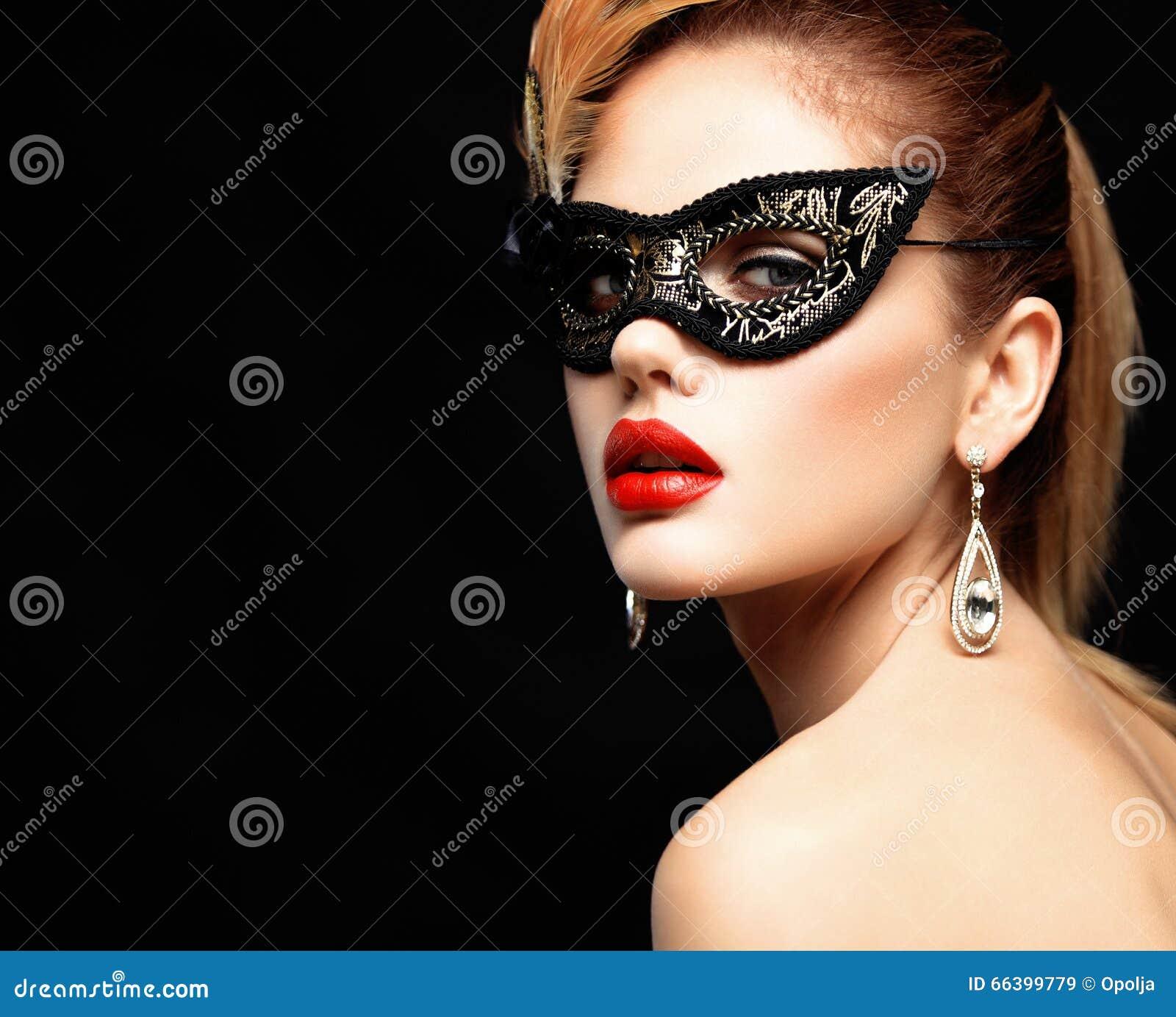 Schoonheids modelvrouw die het Venetiaanse die masker van maskeradecarnaval dragen bij partij op zwarte achtergrond wordt geïsole