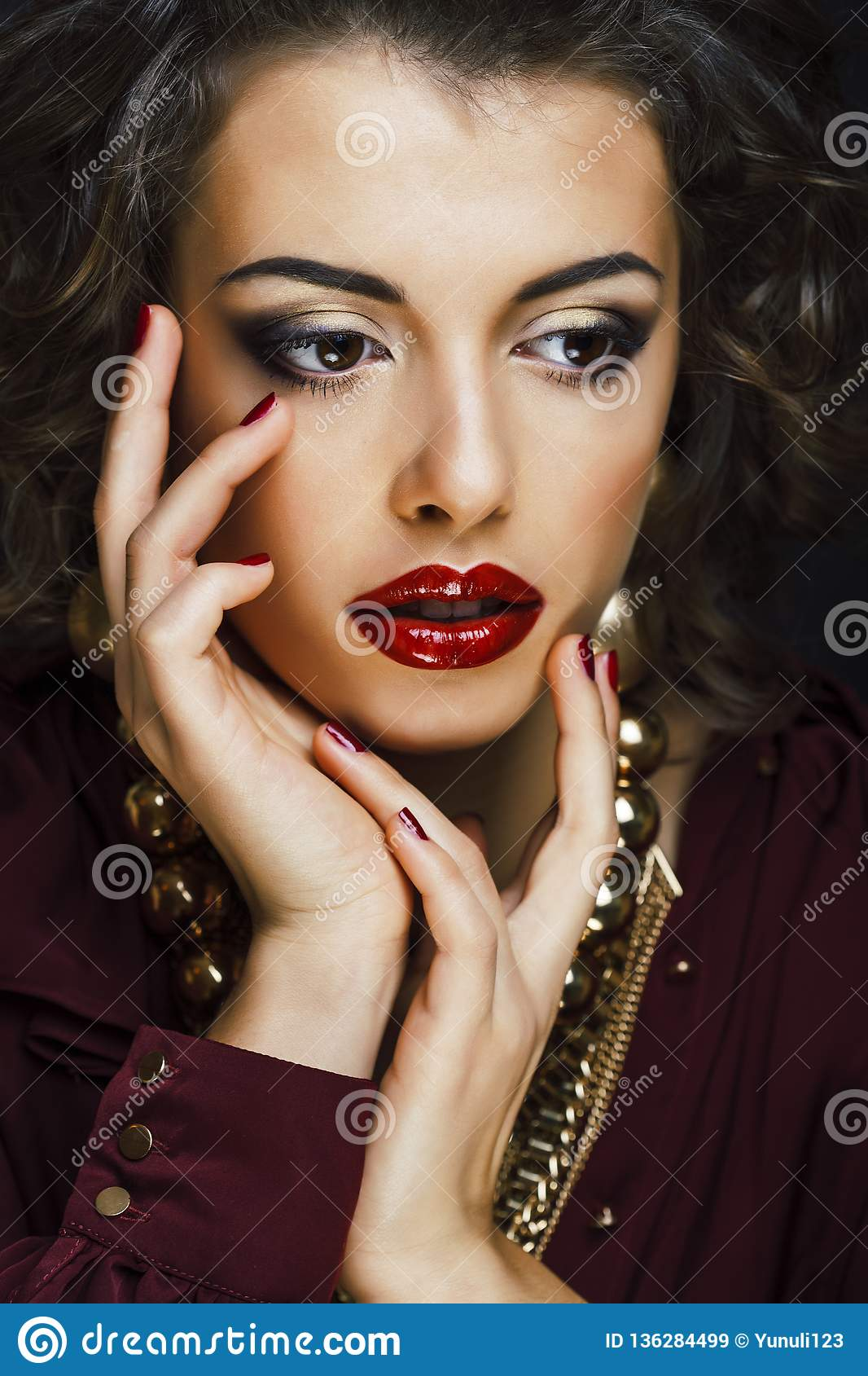 Schoonheids rijke donkerbruine vrouw met heel wat gouden juwelen, hispani