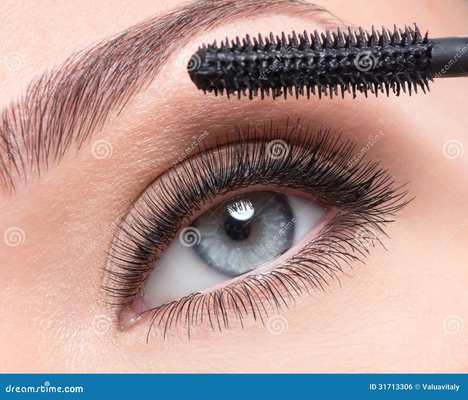 Schoonheids vrouwelijk oog met lange valse wimpers