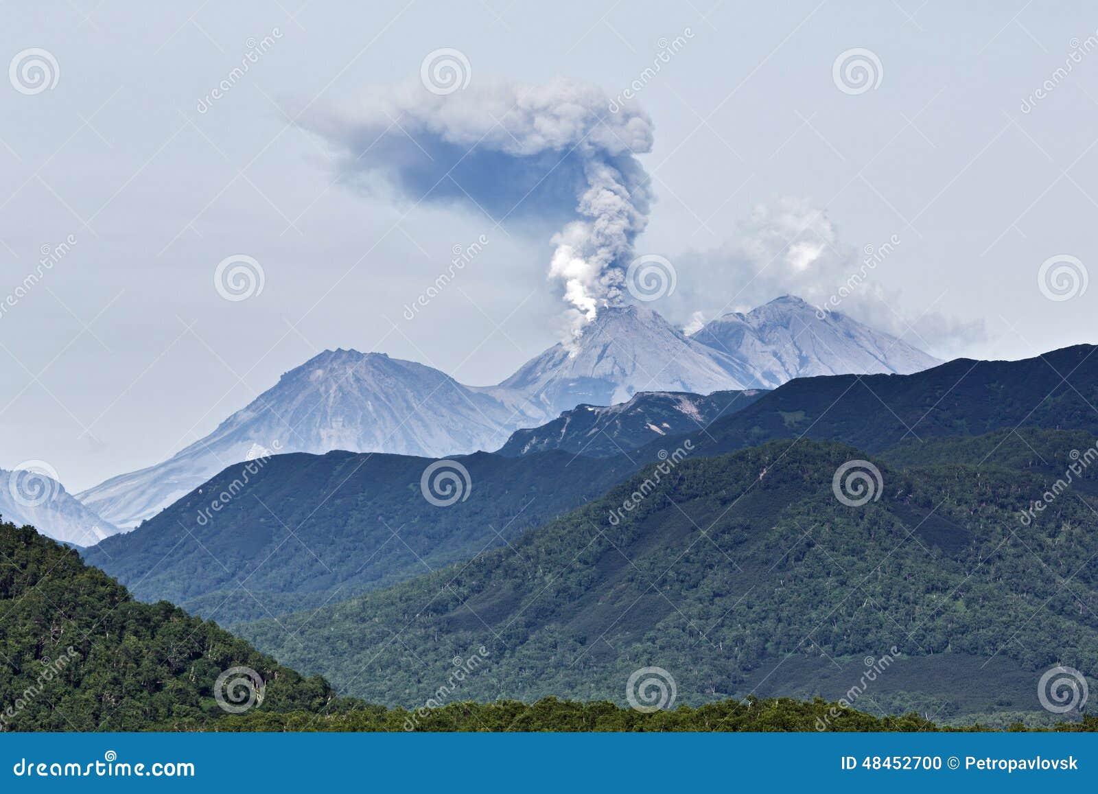 Schoonheids vulkanisch landschap: uitbarstings actieve vulkaan