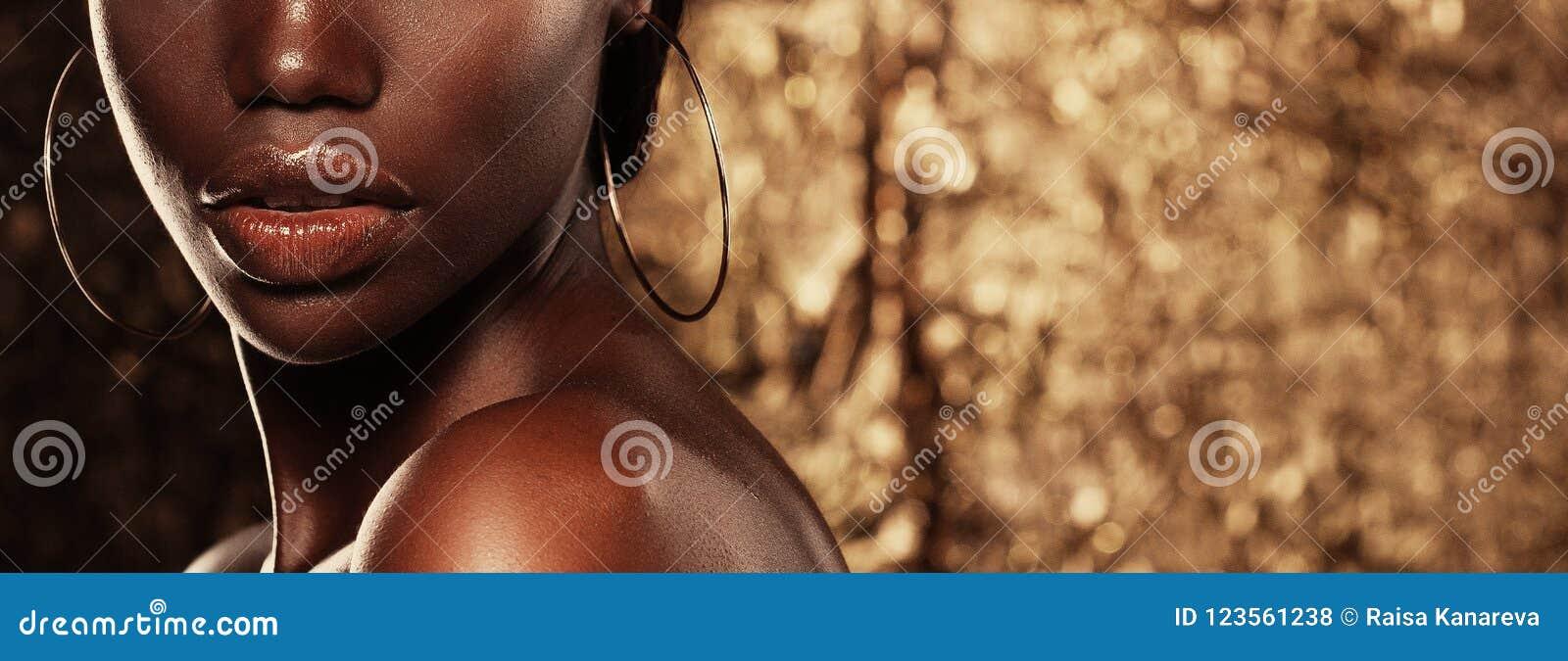 Schoonheidsconcept: Het portret van een sensuele jonge Afrikaanse vrouw met gekleurd maakt omhoog
