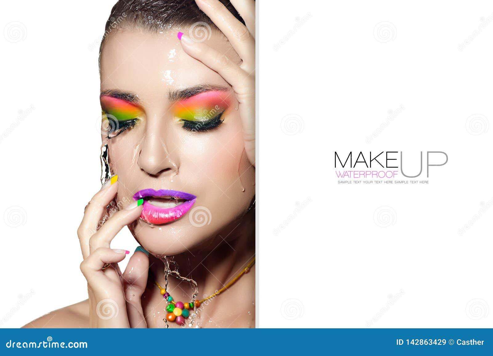Schoonheidsconcept met waterdichte make-up Nat vrouwengezicht malplaatjeontwerp