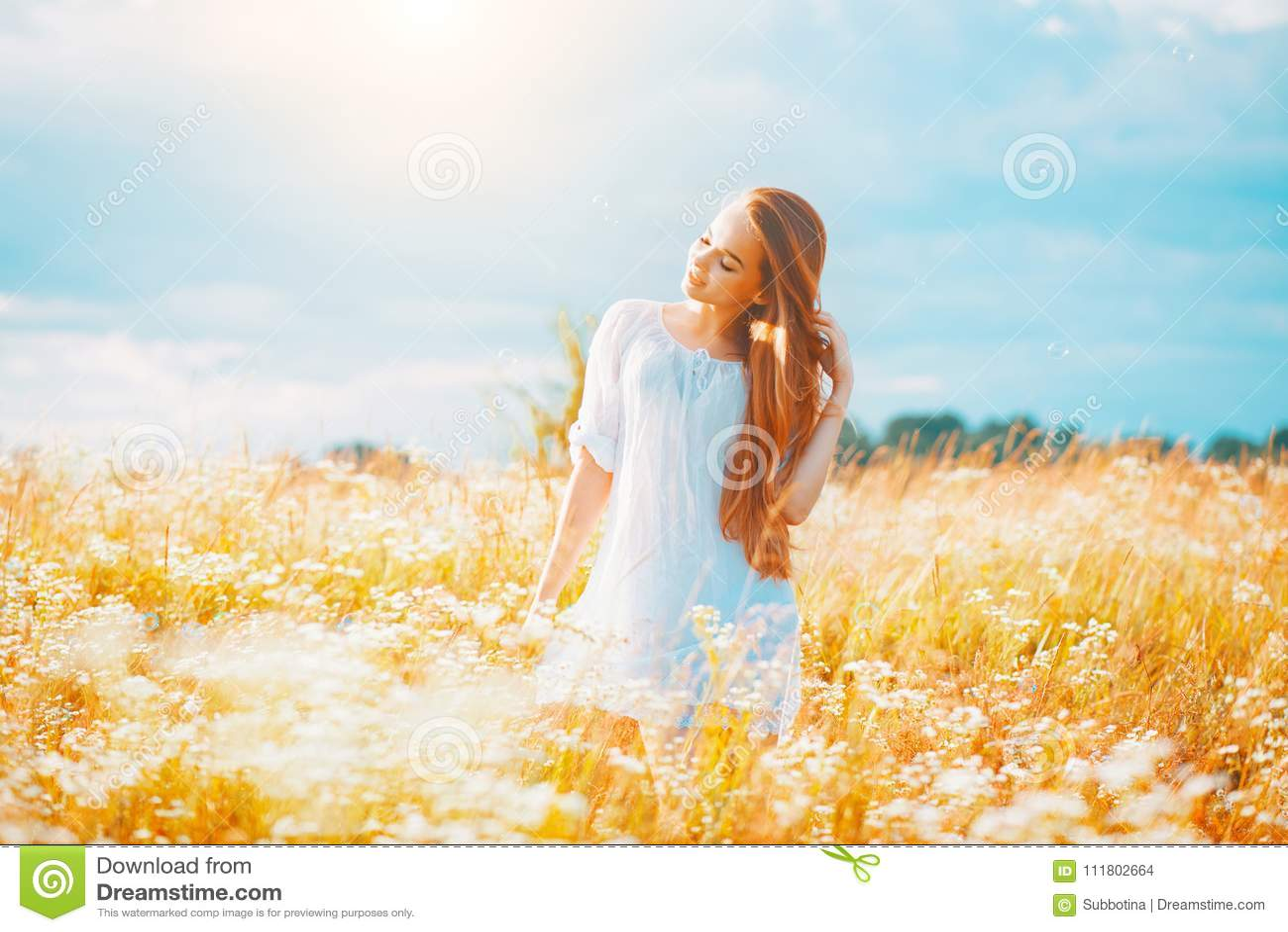 Schoonheidsmeisje die in openlucht van aard genieten Mooi tiener modelmeisje met gezond lang haar in witte kleding