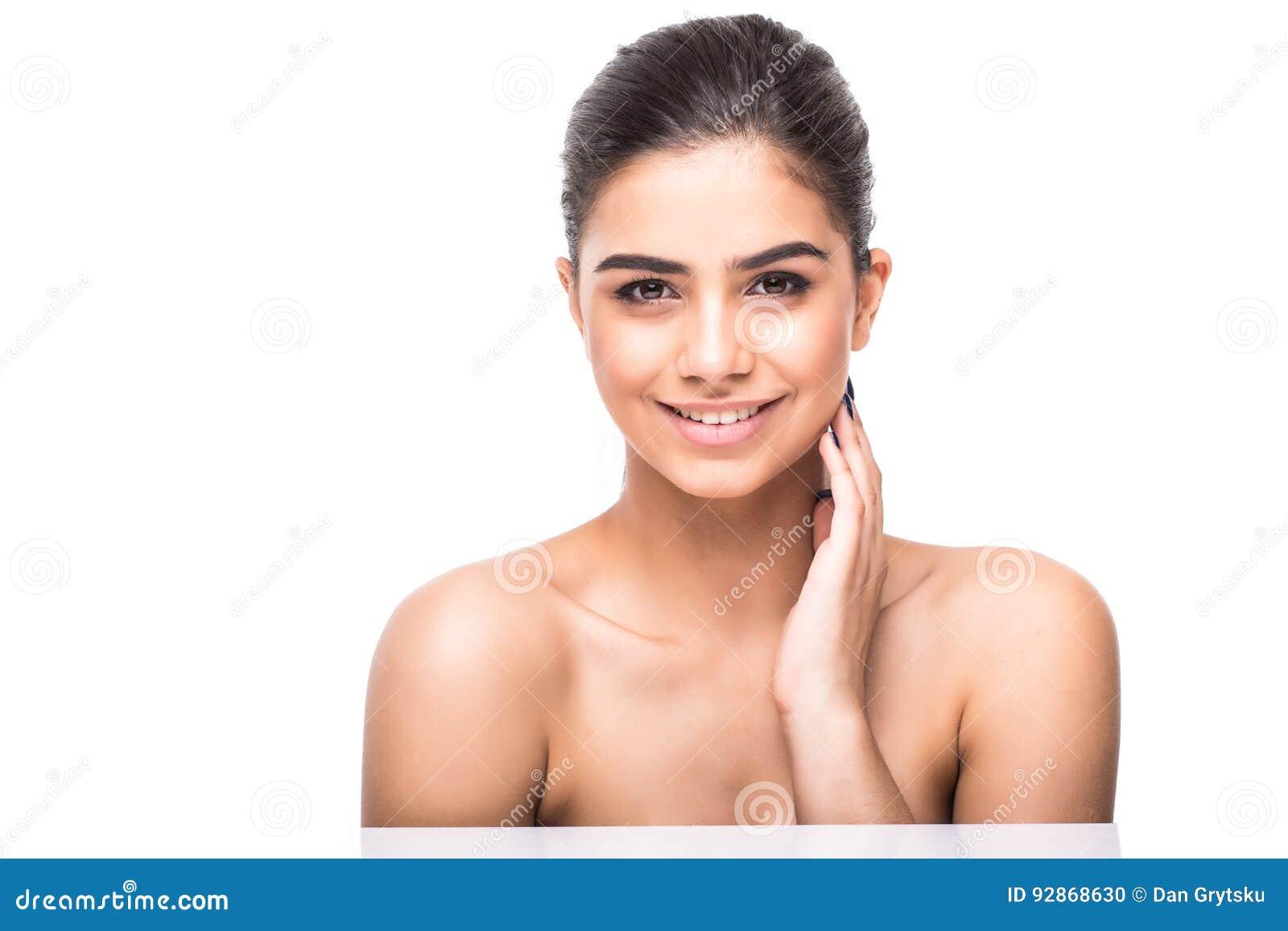 Schoonheidsportret van een glimlachende vrouw die met die verse huid wordt geïsoleerd camera bekijken op een witte achtergrond