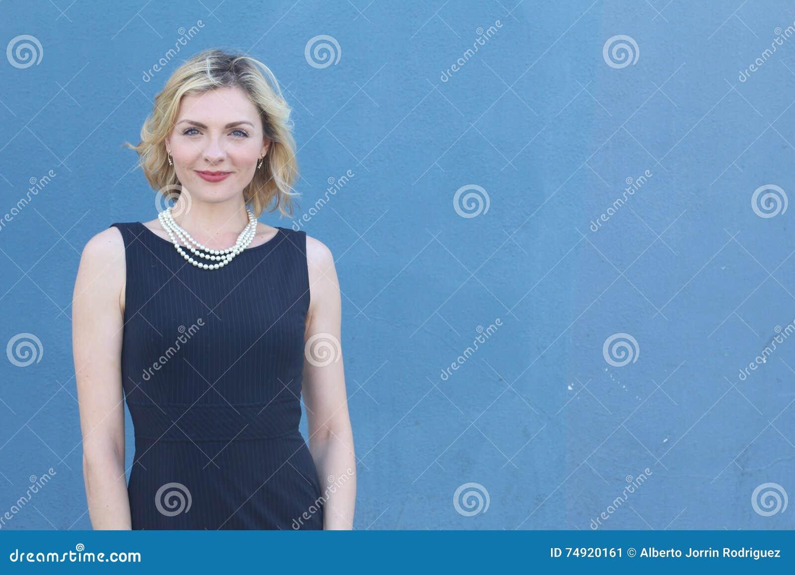 Schoonheidsportret van elegante blondedame met toevallig kapsel en perfecte avondmake-up Vrouw die parels dragen Het schot van de