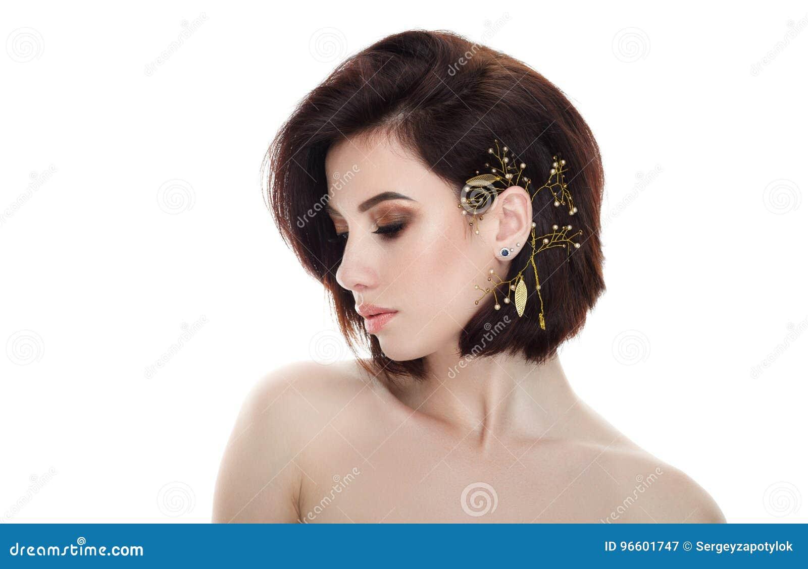Schoonheidsportret van volwassen aanbiddelijke verse kijkende donkerbruine vrouw met het gesloten kapsel die van het het hoofddek