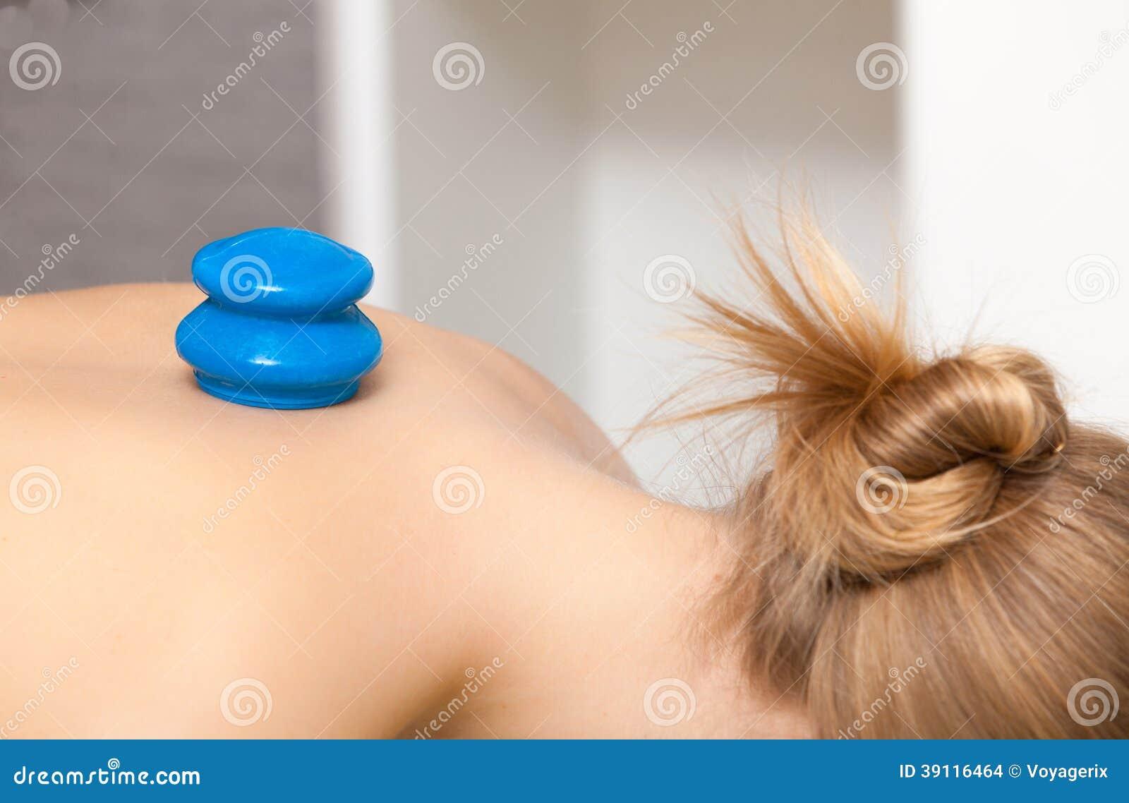 Schoonheidssalon. Vrouw die kuuroord het tot een kom vormen glas vacuümmassage krijgen