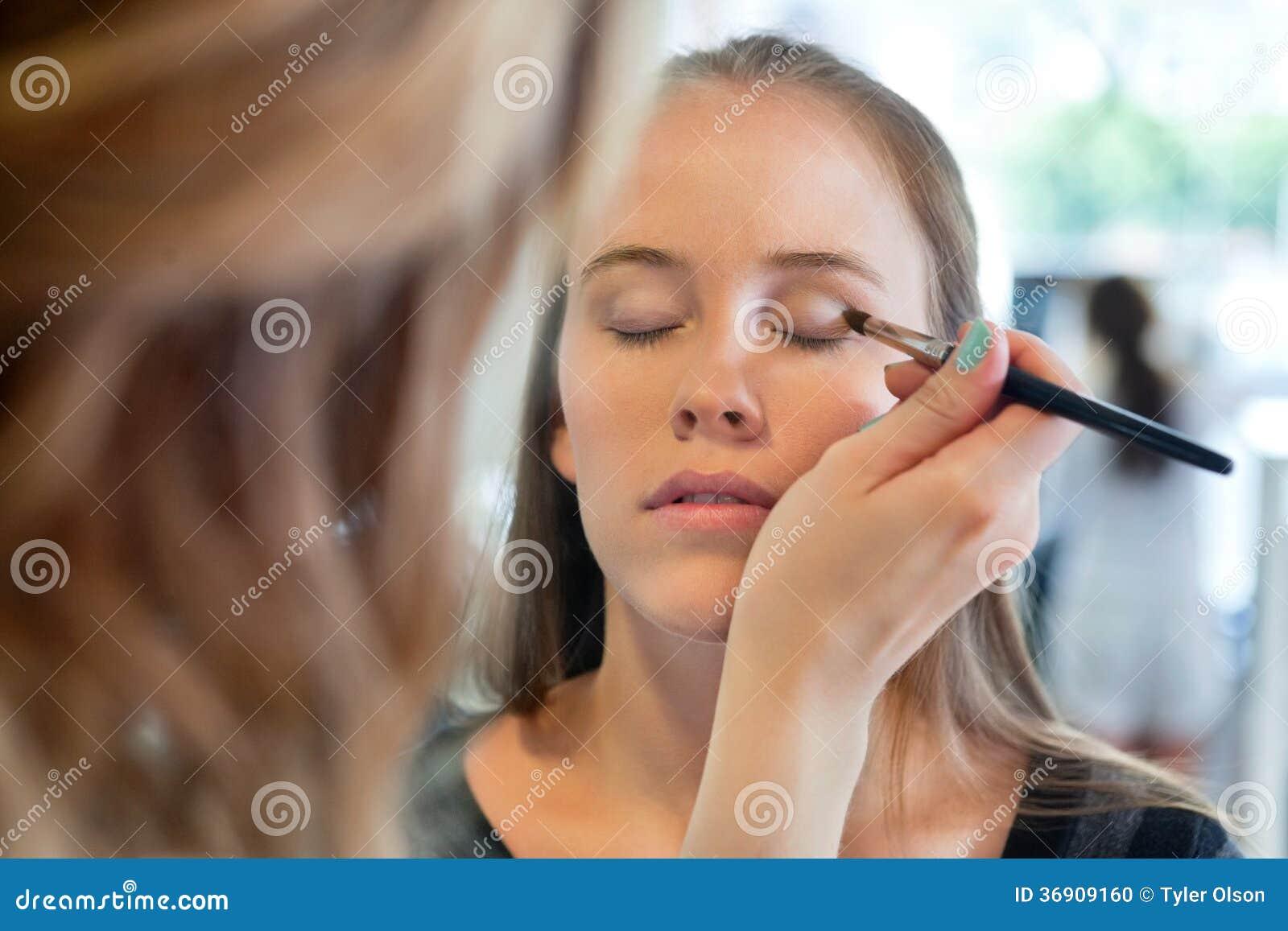 Schoonheidsspecialist Applying Eye Make omhoog