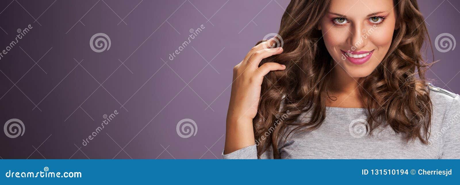Schoonheidsvrouw met Lang Gezond en Glanzend Vlot Zwart Haar Vrouw met gezond haar