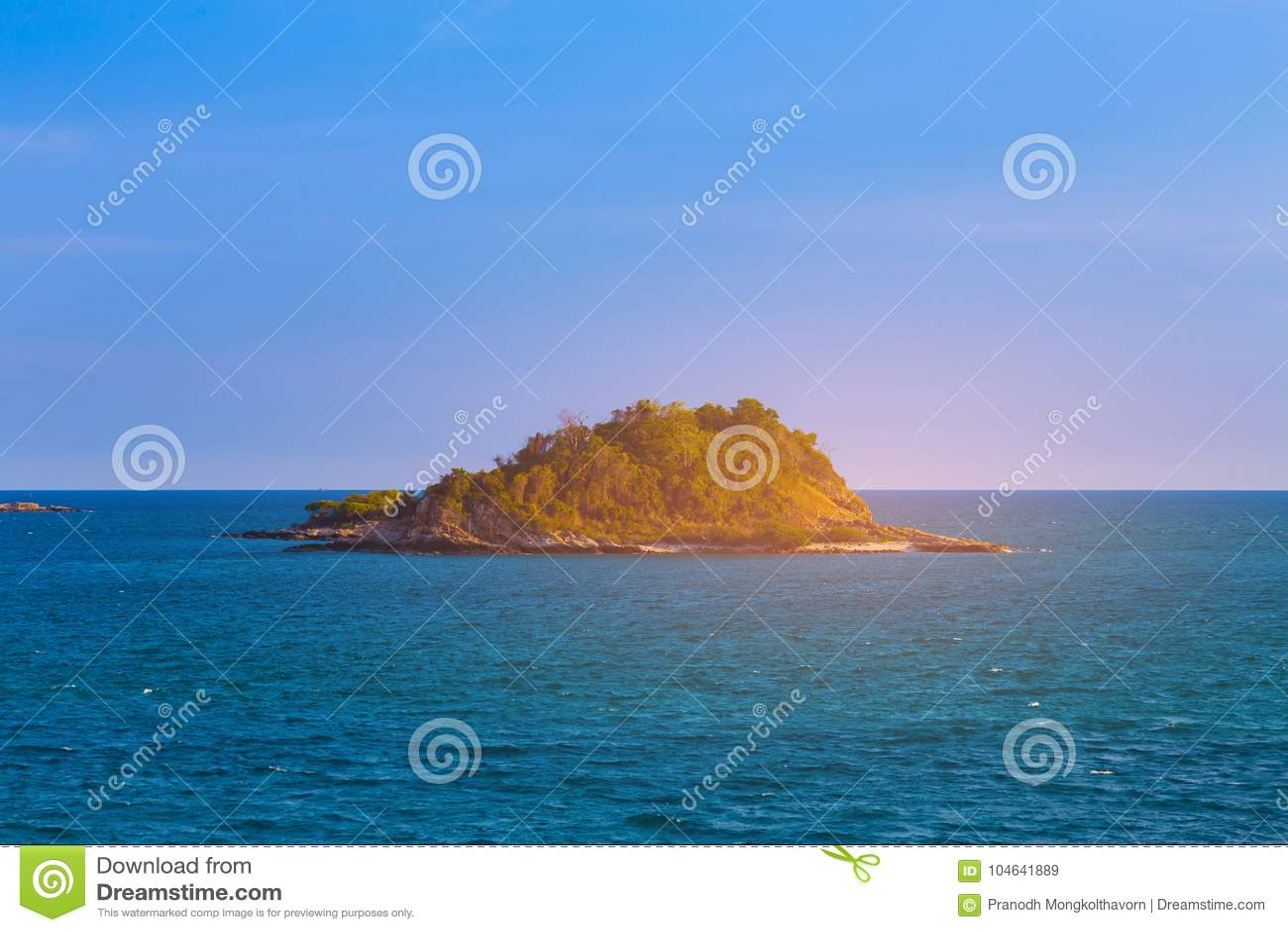 Download Schoonheidszonsondergang Over Alleen Eiland Over Oceaanhorizon Stock Afbeelding - Afbeelding bestaande uit golf, east: 104641889