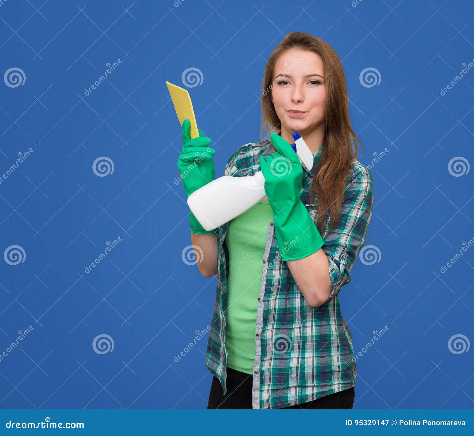 Schoonmaakster met het schoonmaken van gelukkige nevelfles en het glimlachen bea