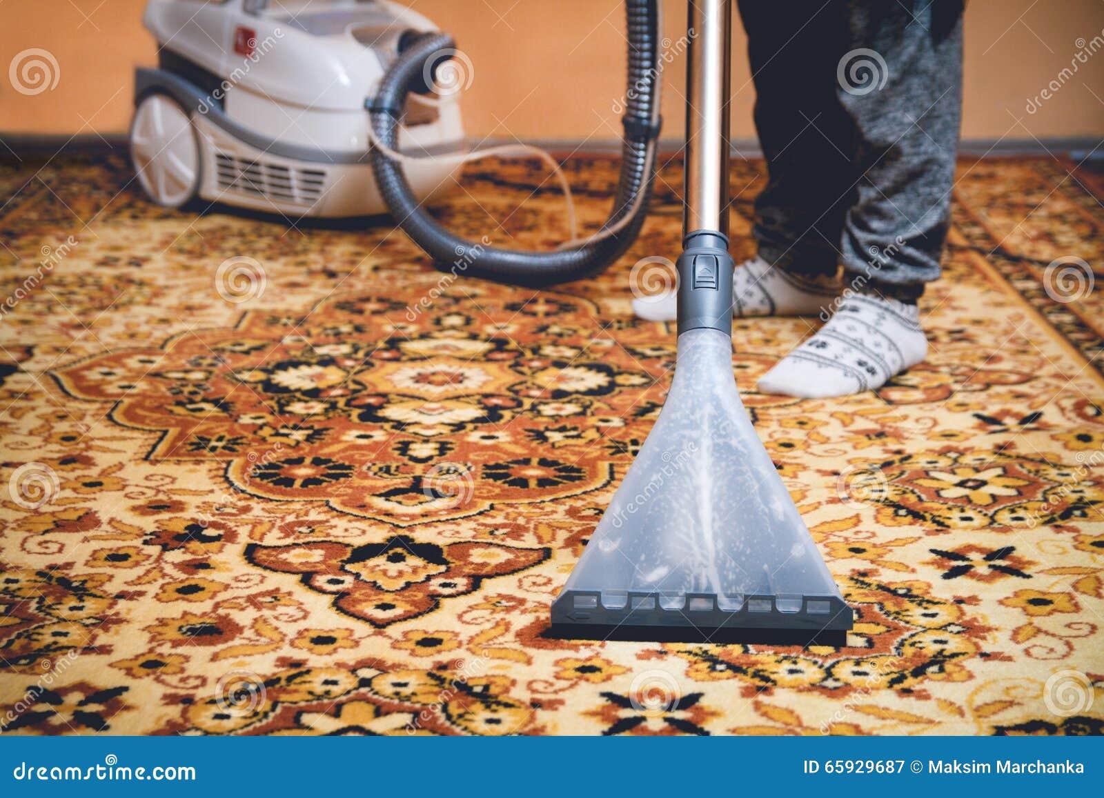 Perzisch Tapijt Schoonmaken : Schoonmakend perzisch tapijt stock afbeelding afbeelding